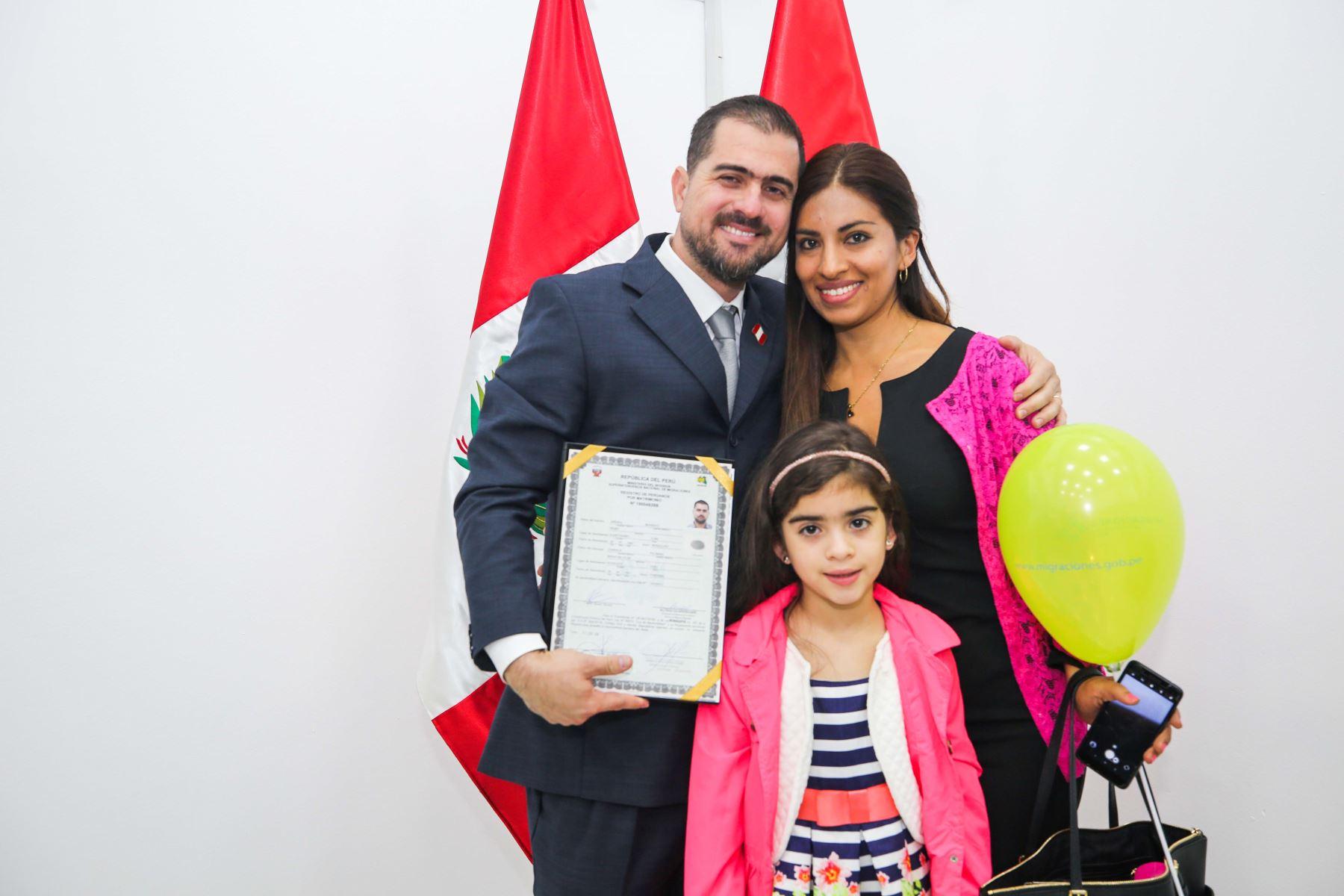 Un grupo de diecinueve ciudadanos nacidos en el extranjero, recibieron este jueves 23 de mayo su Título de Nacionalidad Peruana, en una emotiva ceremonia que se realizó en la sede de la Superintendencia Nacional de Migraciones.Foto: ANDINA/Difusión