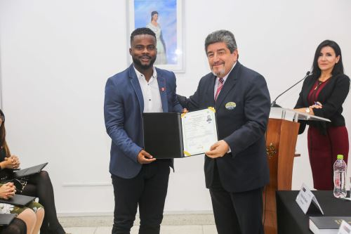 Futbolista Johnnier Montaño junto a 18 extranjeros se nacionalizan peruanos