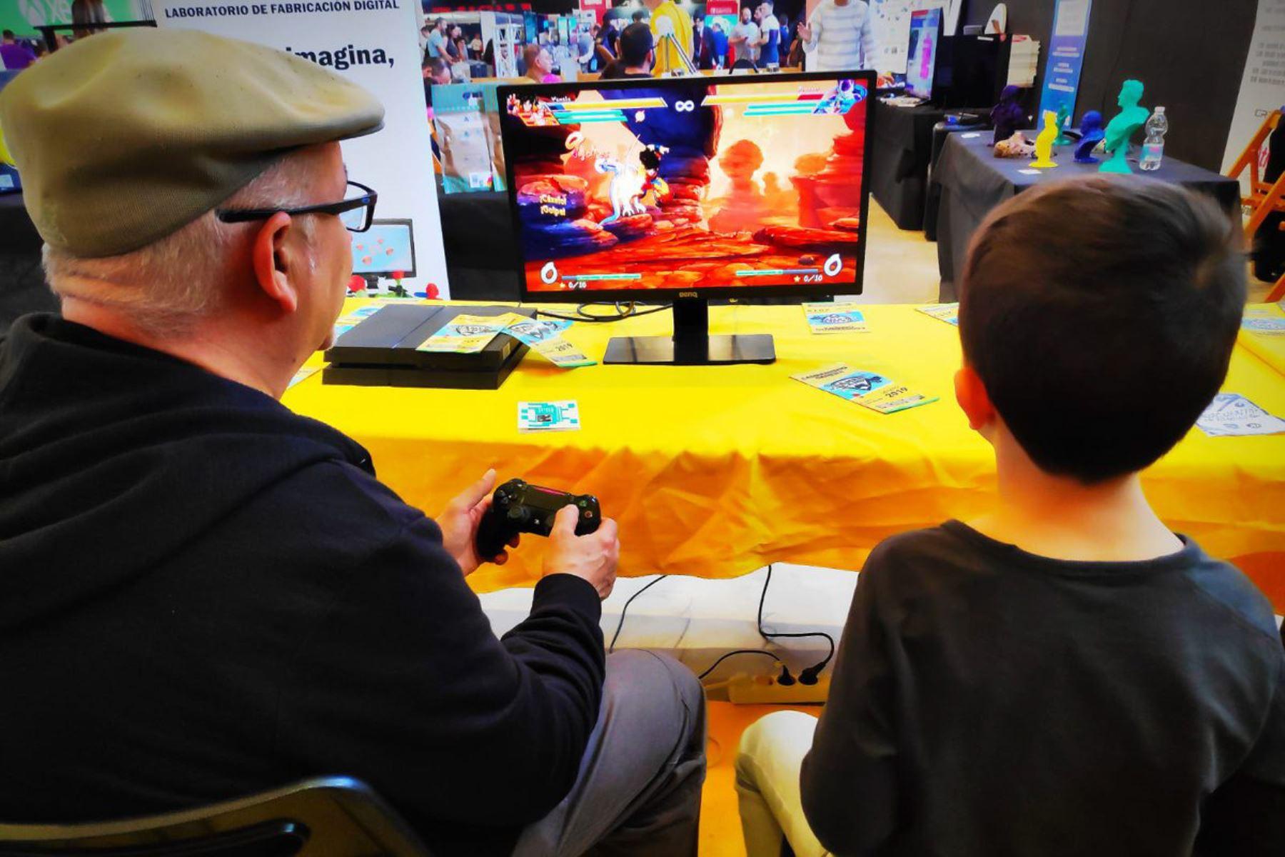 Encuesta reveló que es significativo el número de adultos que practica videojuegos. Foto: Twipu.