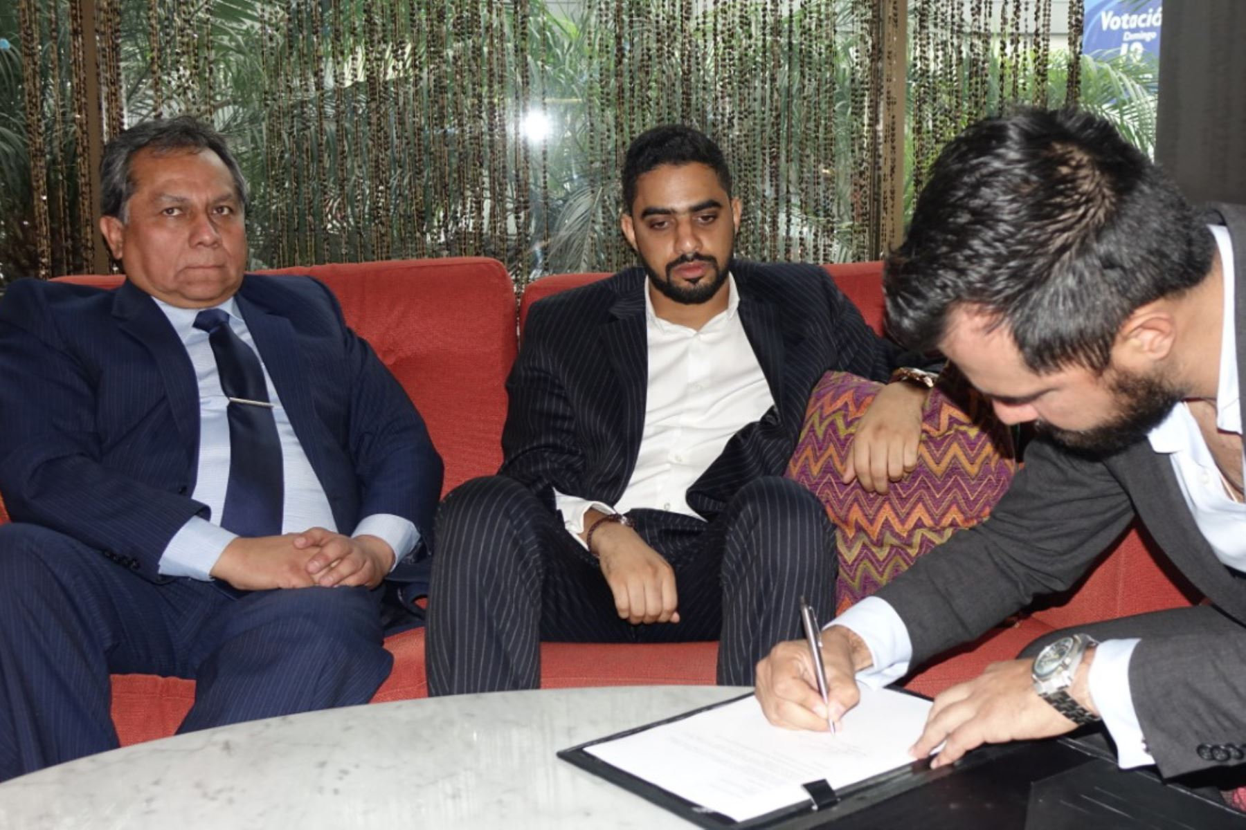 Viceministro de Gestión Institucional del Minedu, Guido Rospigliosi, se reunió con empresario árabe Yaqoob Mubarak para oficializar donación. ANDINA/Difusión