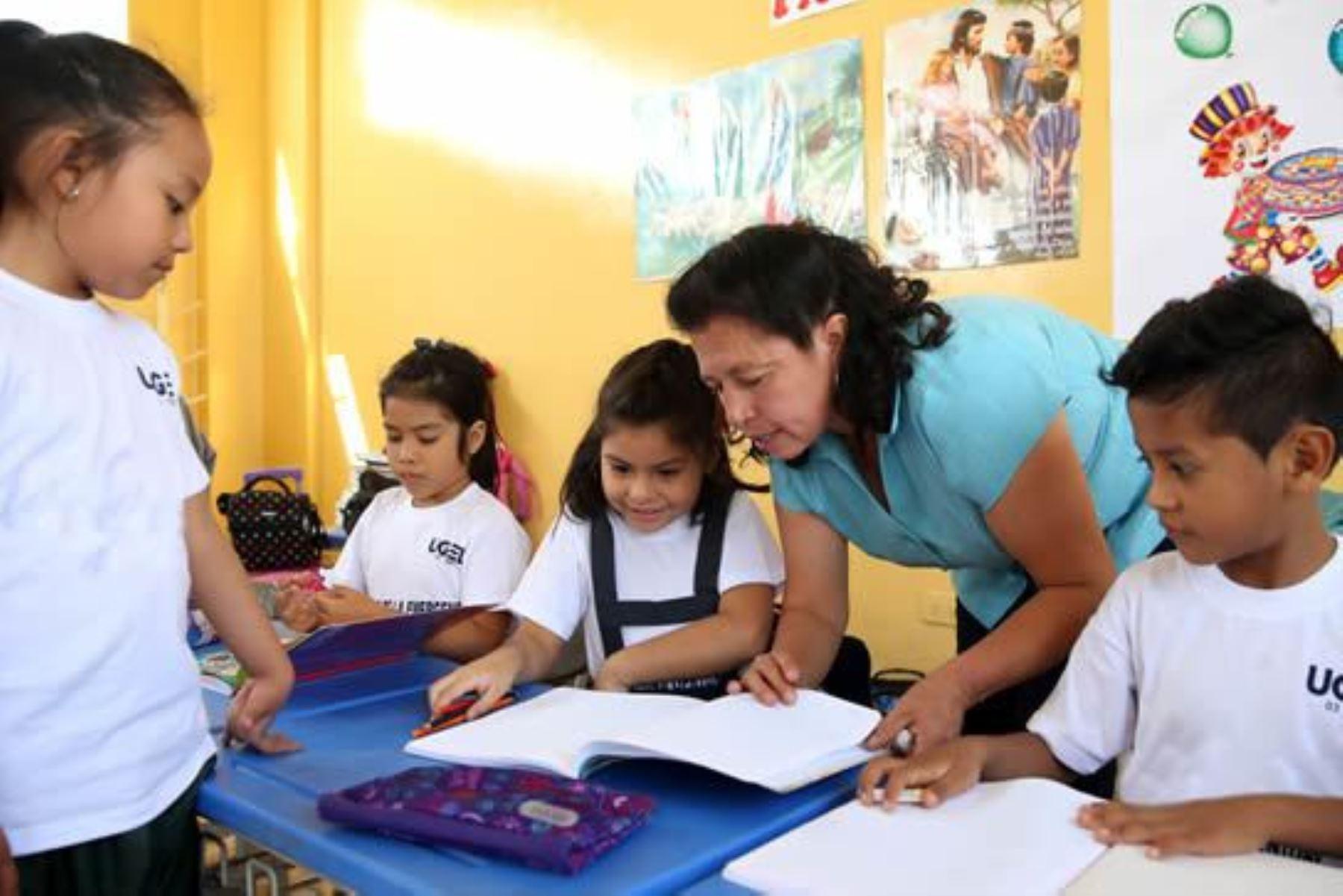 Docente en plena labor de dictado de clases. Foto: ANDINA/Difusión.