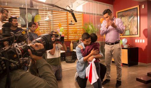 """El futbolista """"Oreja"""" Flores grabó una tierna escena en la serie de TV """"Señores Papis""""."""