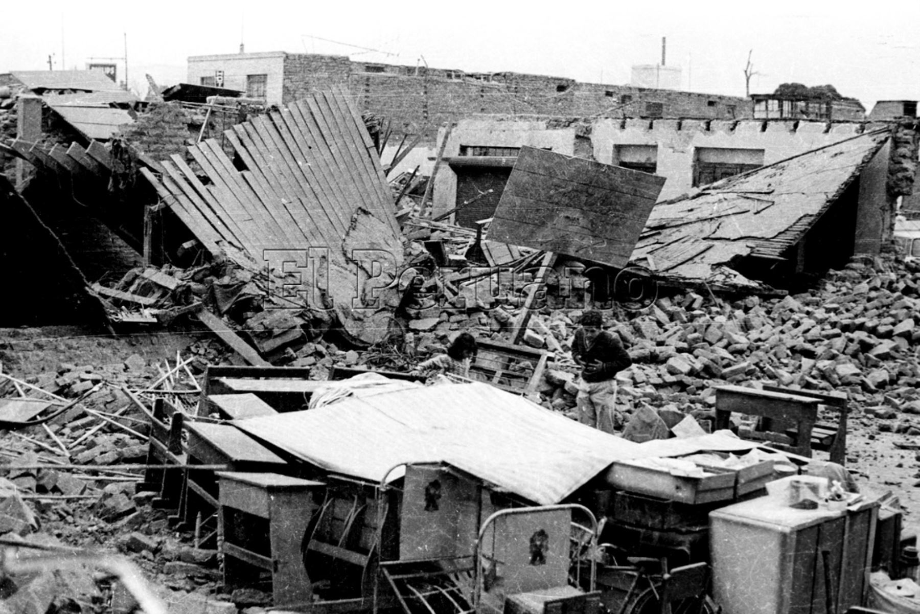 Ancash 01 jun 1970 / Terremoto de Yungay. Damnificados en medio de viviendas en escombros. Foto: ANDINA/ARCHIVO