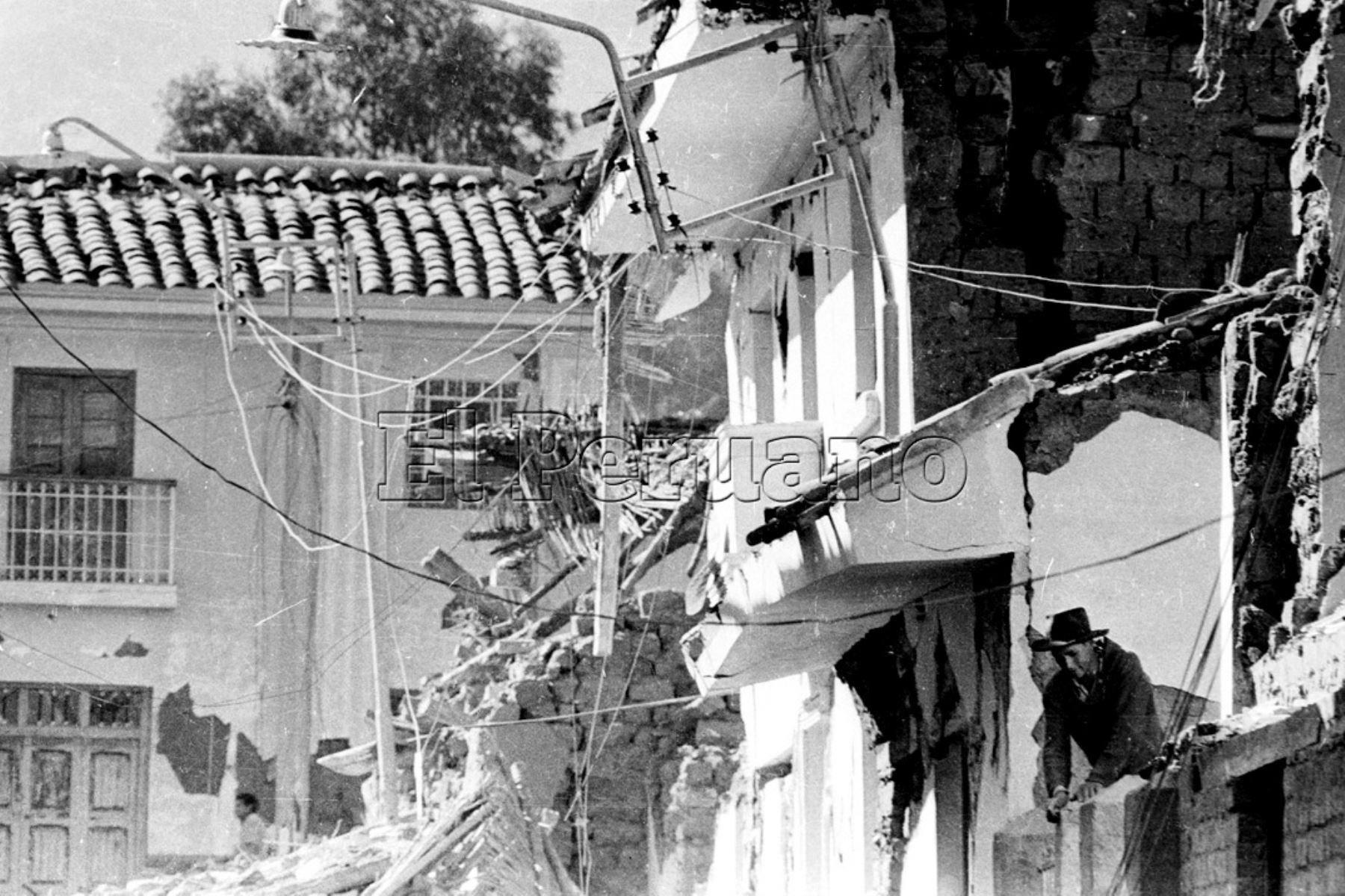Ancash 01 jun 1970 / Terremoto de Yungay. Un damnificado asoma entre las viviendas en escombros