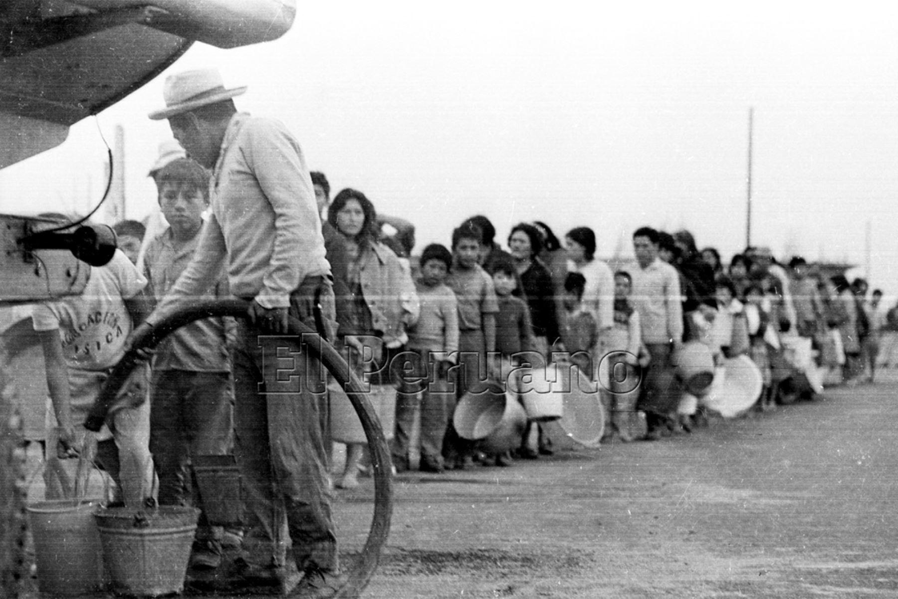 Ancash 01 jun 1970 / Terremoto de Yungay. Damnificados forman colas para conseguir agua potable