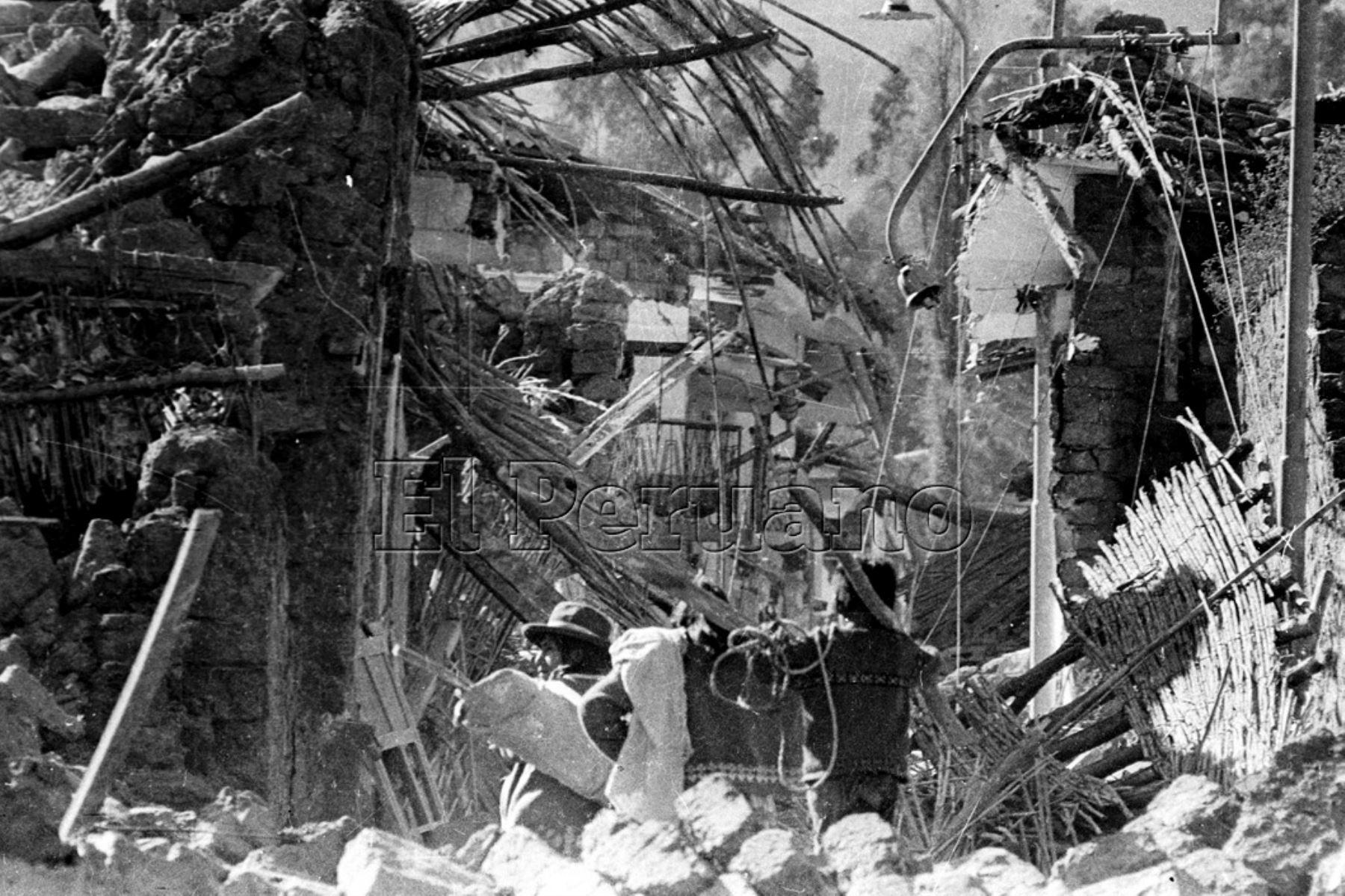 Ancash 01 jun 1970 / Terremoto de Yungay. Damnificados  caminan por una calle en escomnros