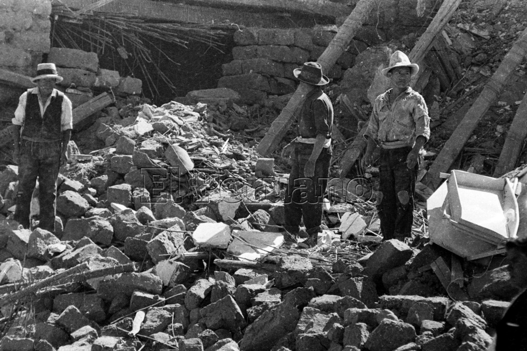 Ancash 01 jun 1970 / Terremoto de Yungay. Damnificados por el sismo intentan rescatar algunas pertenencias de los escombros