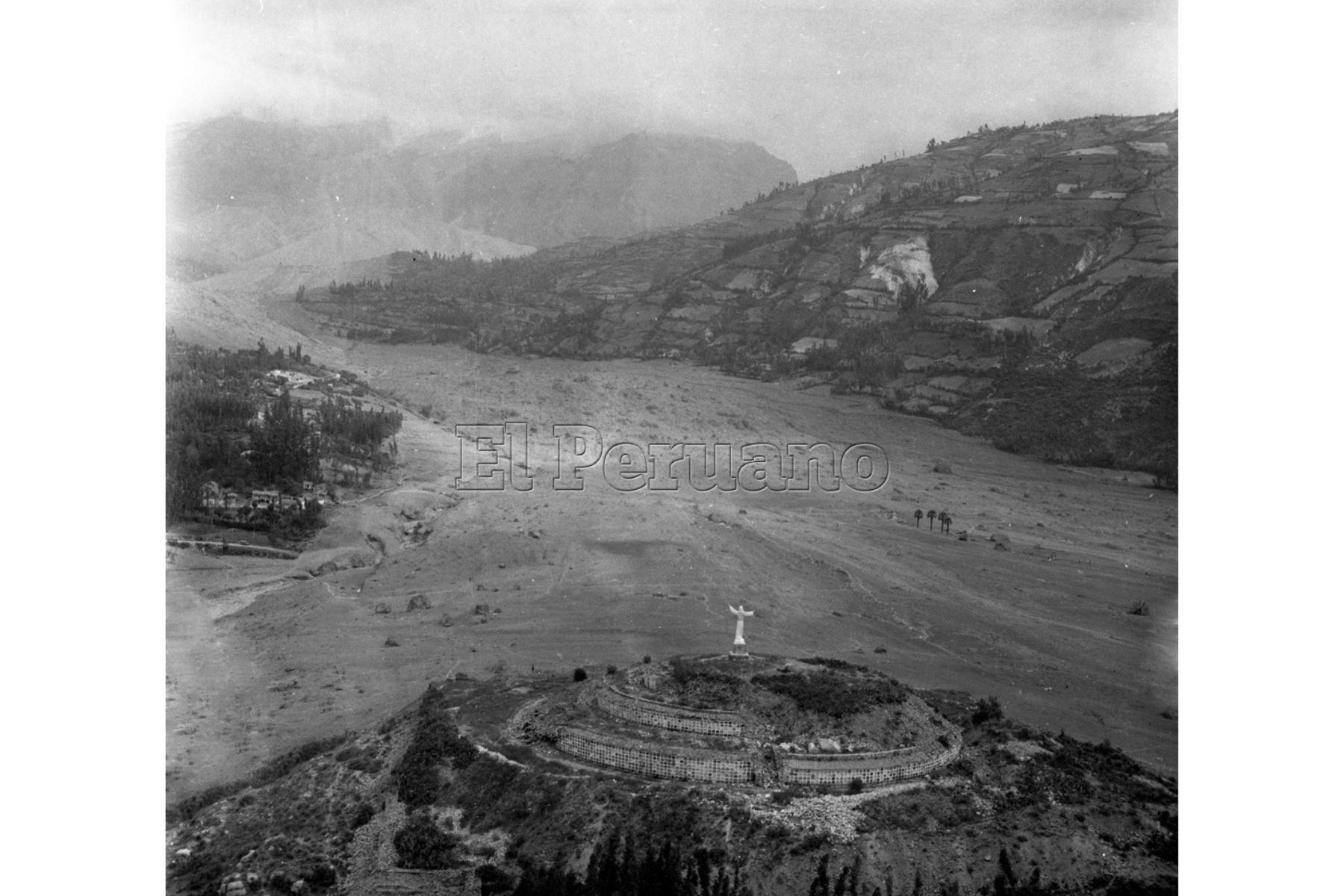 Ancash - 1 junio 1970 / Terremoto de Yungay.Vista panorámica de Yungay con el Cerro Huansakay y el cementerio de la ciudad  donde se salvó un grupo de pobladores. Se aprecian también las cuatro palmeras en lo que fue la Plaza de Armas.