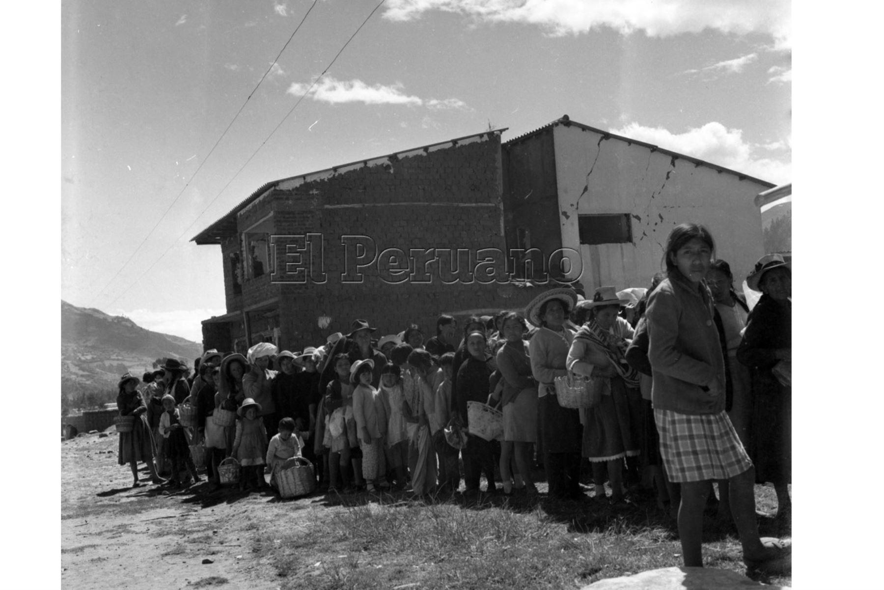 Ancash - 1 junio 1970 / Terremoto de Yungay. Decenas de mujeres y niños damnificados forman colas para recibir ayuda humanitaria.