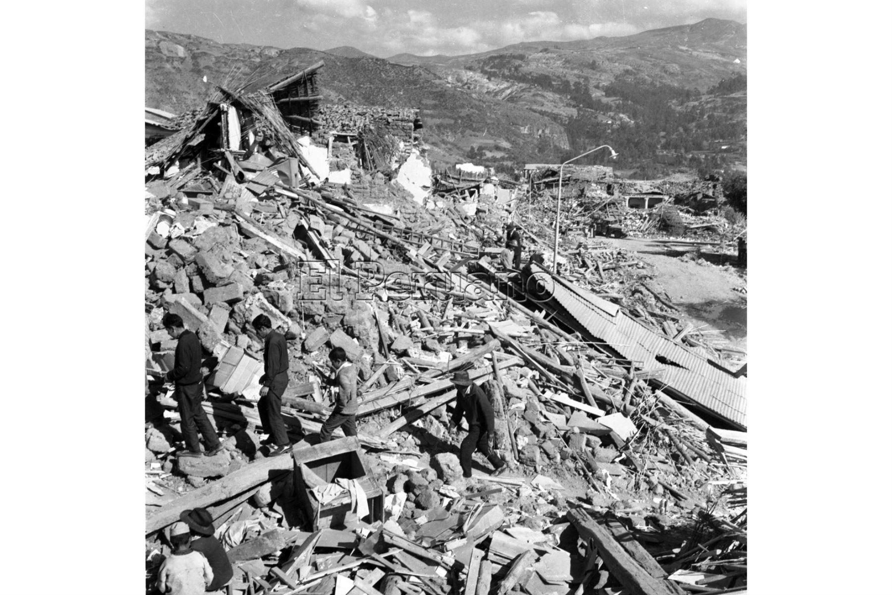 Ancash - 1 junio 1970 / Terremoto de Yungay. Damnificados en medio de escombros en Huaraz.