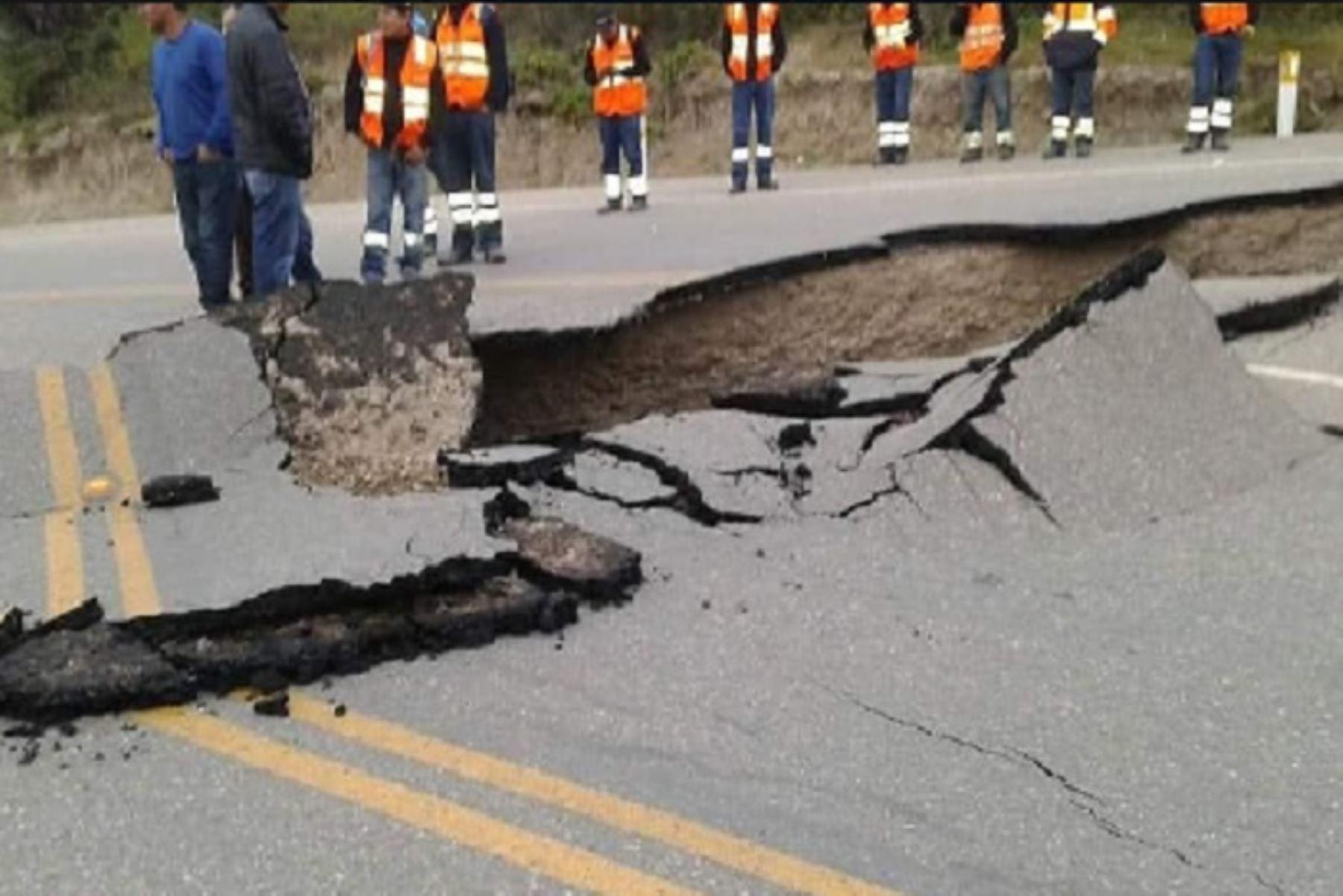 El sismo de 7.5 grados que remeció esta madrugada Loreto y se sintió en varias regiones del país provocó que la vía que conduce a la provincia de Cajabamba resulte interrumpida a la altura de Huañimba, desde el kilómetro 1161+370 de la vía PE03N hasta el kilómetro 1161+740.