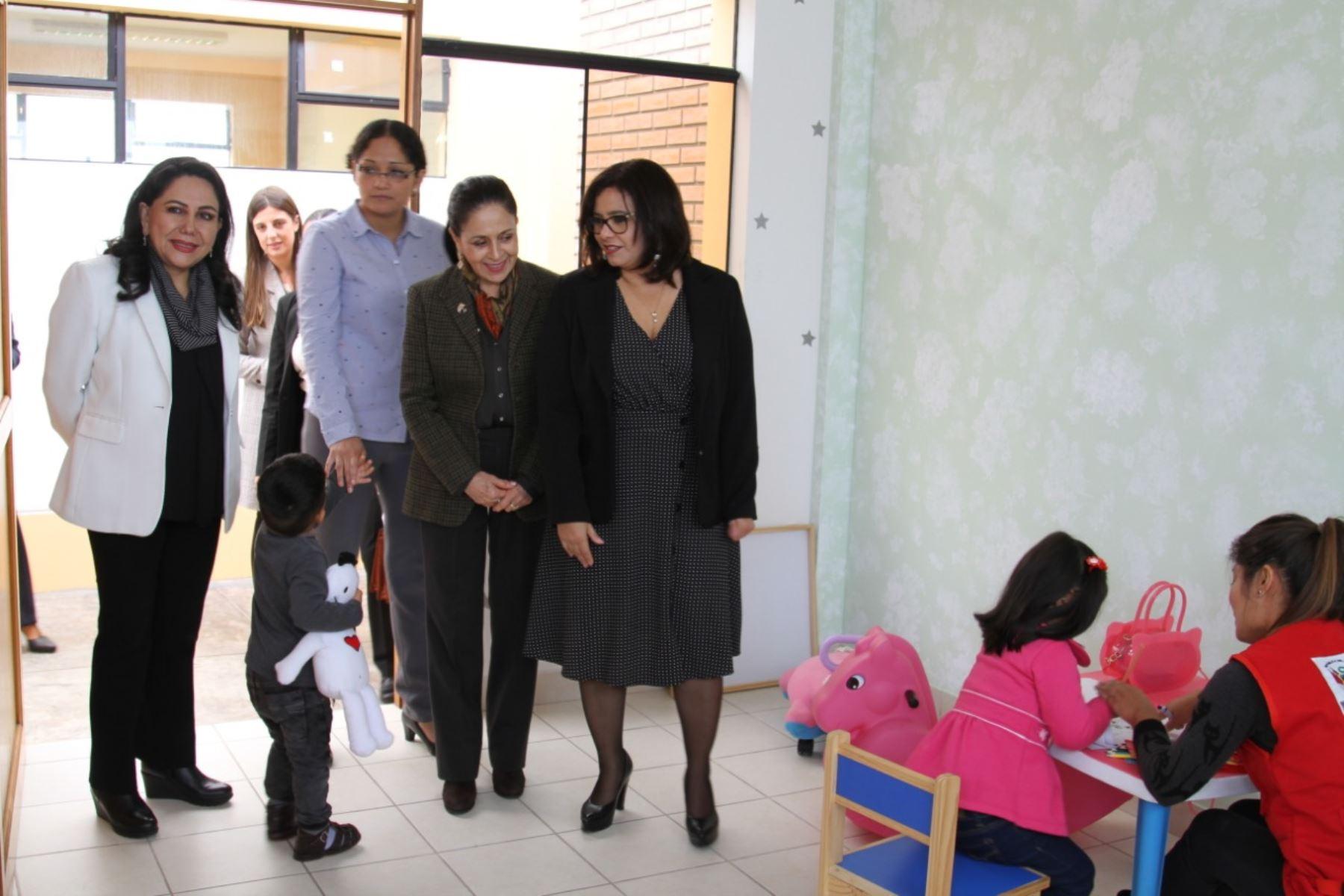 Primeras Damas visitaron cunitas que albergan a niñas y niños de 0 a 6 años. Foto: MIMP