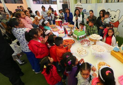 Primeras Damas del Perú y Ecuador visitan a niños del Inabif