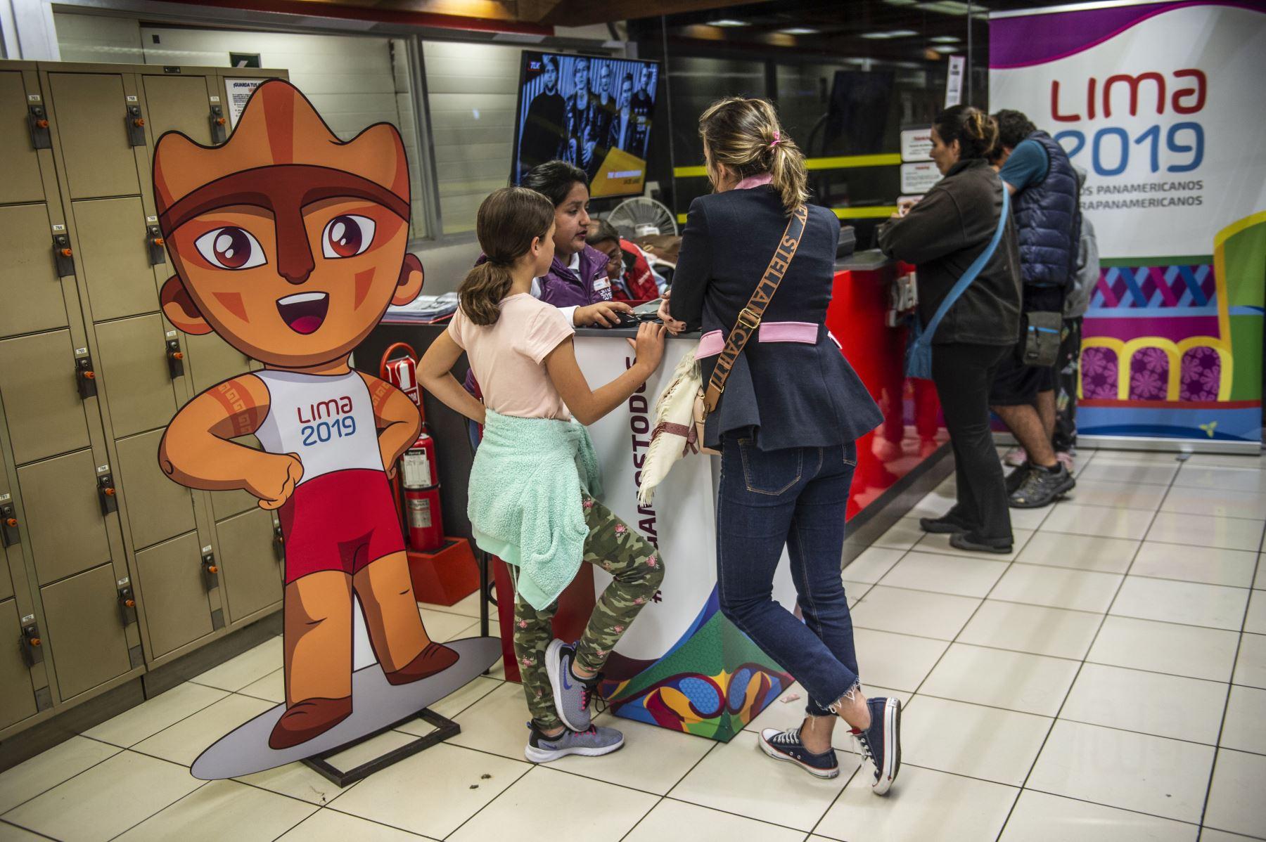 Público compra boletos de los Juegos Panamericanos en Lima en 2019, durante el primer día se vendieron más de 25 mil boletos que batió el récord histórico en ventas de boletos para espectáculos deportivos en Perú. Foto: AFP