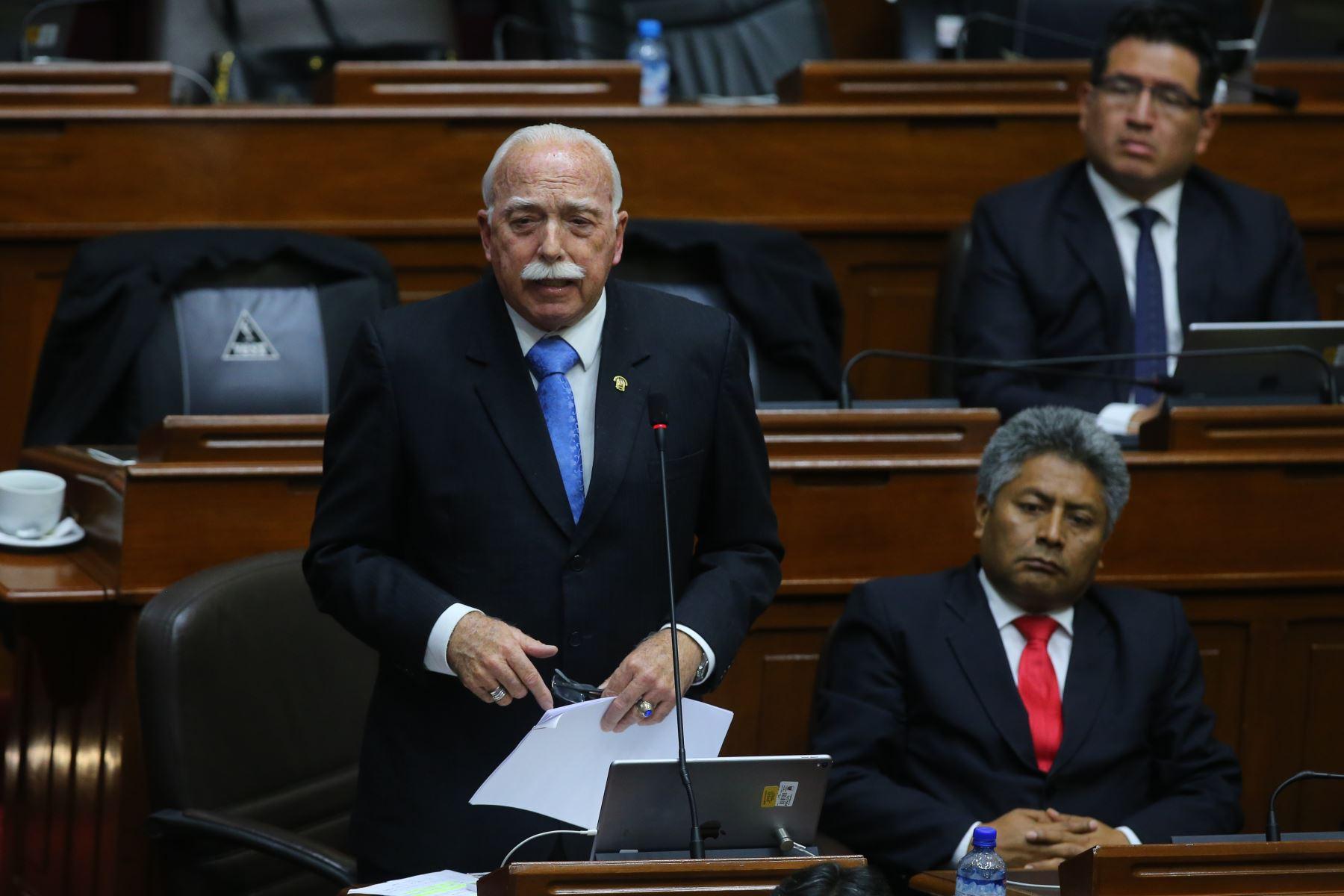 Congresista Carlos Tubino interviene en el debate sobre la cuestión de confianza en el Congreso de la República. Foto: ANDINA/Vidal Tarqui