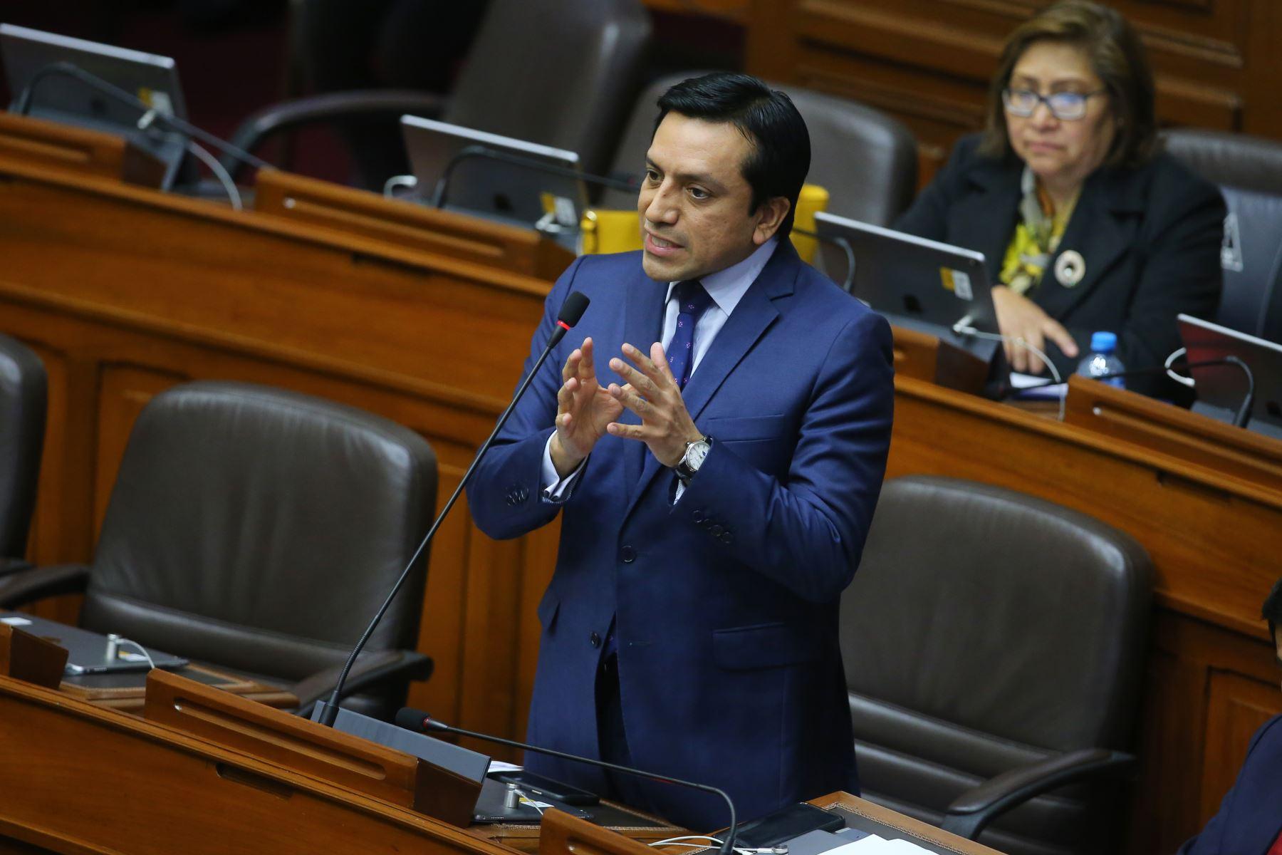 Congresista Gilbert Violeta interviene en el debate sobre la cuestión de confianza en el Congreso de la República. Foto: ANDINA/Vidal Tarqui