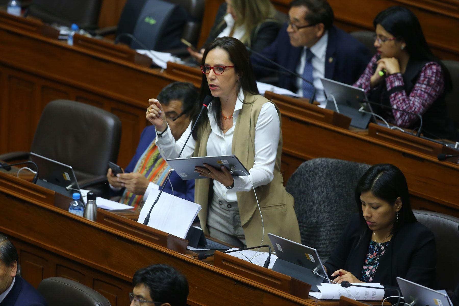 Congresista Marisa Glave interviene en el debate sobre la cuestión de confianza en el Congreso de la República. Foto: ANDINA/Vidal Tarqui