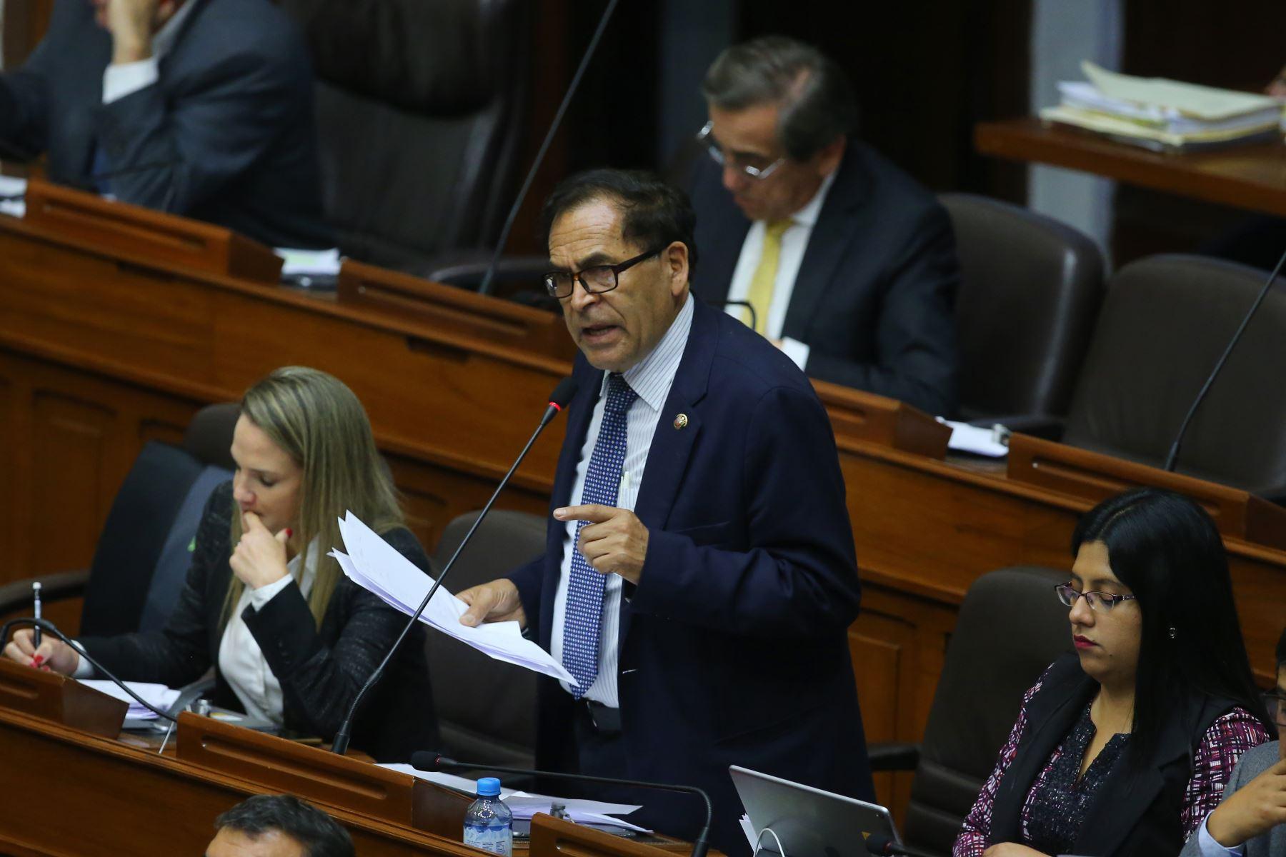 Congresista Alberto Quintanilla  interviene en el debate sobre la cuestión de confianza en el Congreso de la República. Foto: ANDINA/Vidal Tarqui