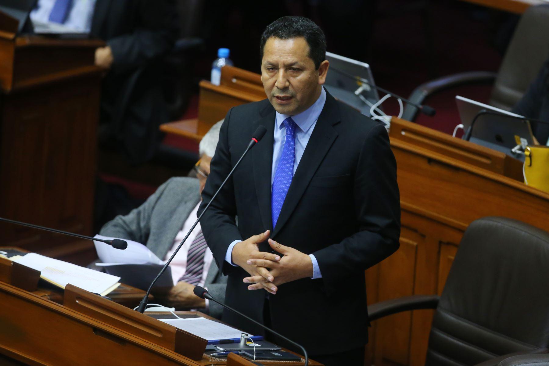 Congresista Clemente Flores  interviene en el debate sobre la cuestión de confianza en el Congreso de la República. Foto: ANDINA/Vidal Tarqui
