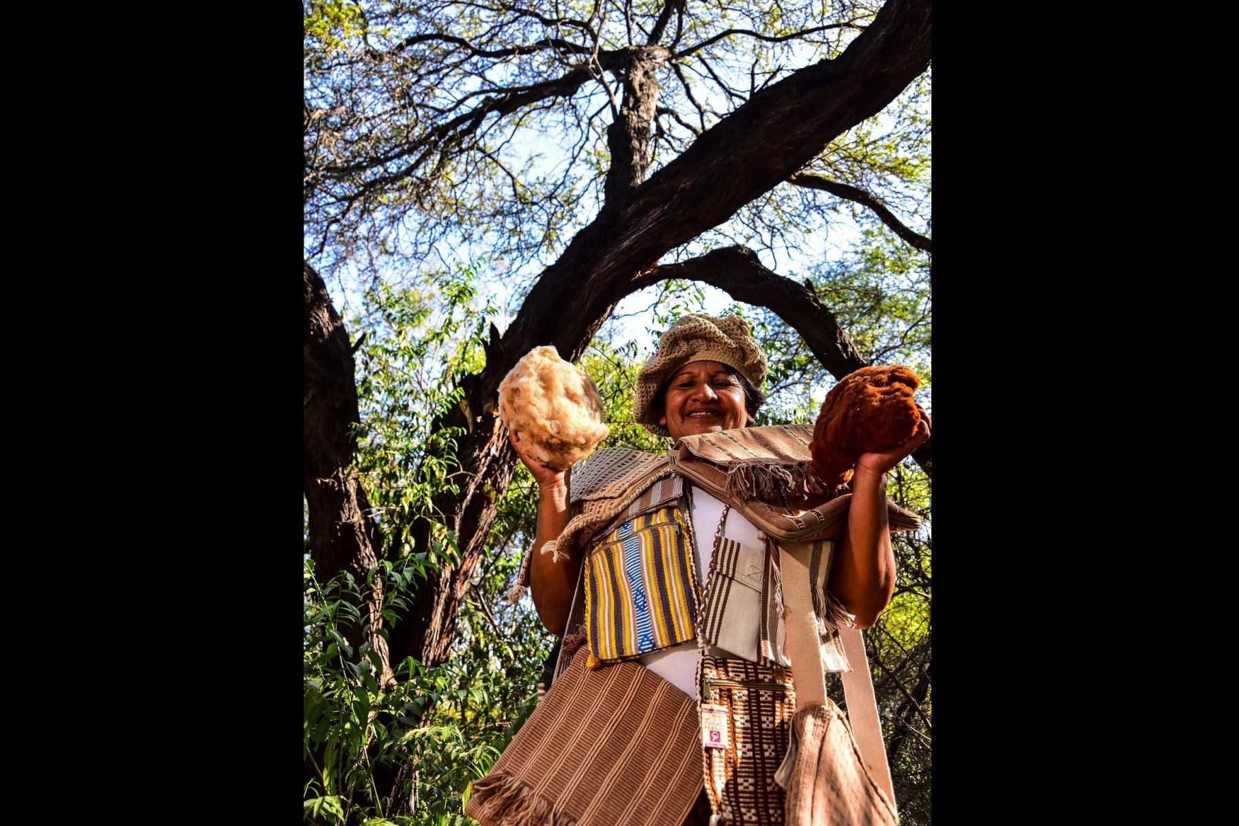 Durante la Ruta de la Miel en el Santuario Histórico Bosque de Pómac, en la región Lambayeque, los visitantes pueden aprender a tejer con las fibras nativas. Foto: ANDINA/Difusión