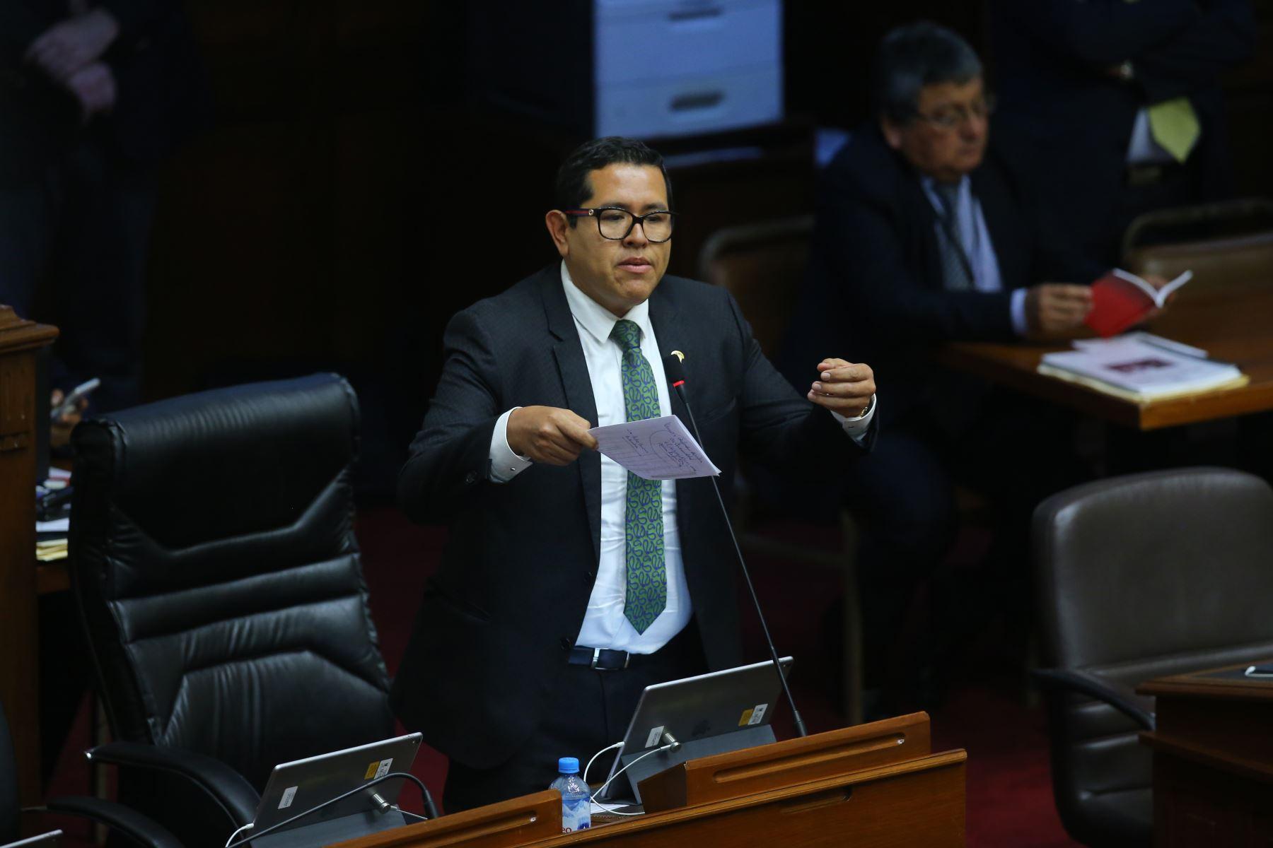 Congresista Carlos Dominguez interviene en el debate sobre la cuestión de confianza en el Congreso de la República. Foto: ANDINA/Vidal Tarqui