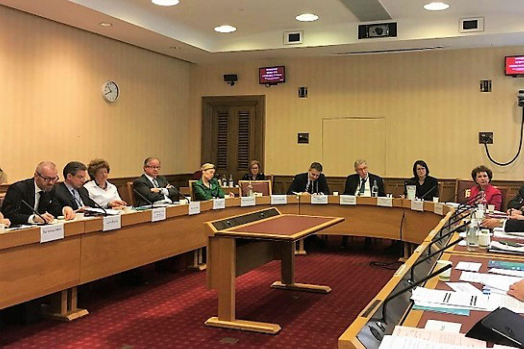 Peruvian Ambassador to U.K. attends roundtable on Pacific Alliance, Embajador peruano en U.K. asiste a mesa redonda sobre la Alianza del Pacífico