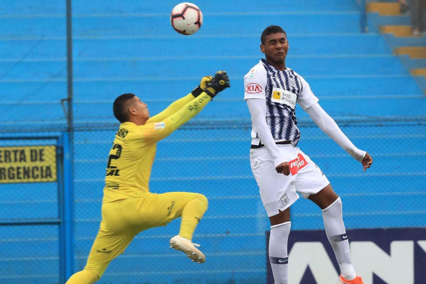 Aldair Fuentes de Alianza Lima en jugada riesgosa. Alianza Lima empató 1-1 ante Unión Comercio   Foto: ANDINA/Juan Carlos Guzmán Negrini.
