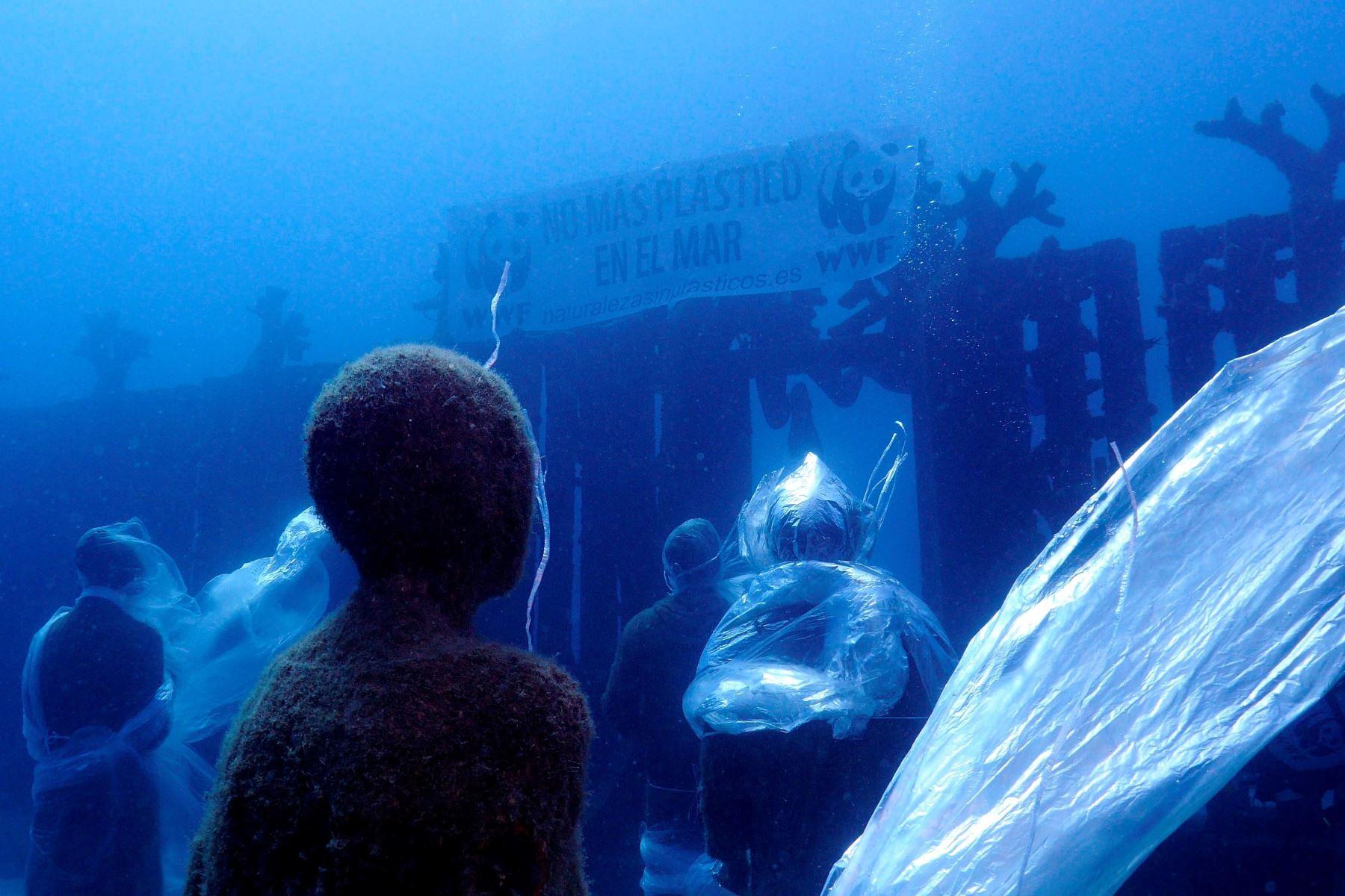 Esculturas humanas del museo sumergido de Lanzarote han aparecido este sábado atrapadas en plásticos, en una acción realizada con motivo del Día de los Océanos. Foto:AFP/Fotografía facilitada por WWF