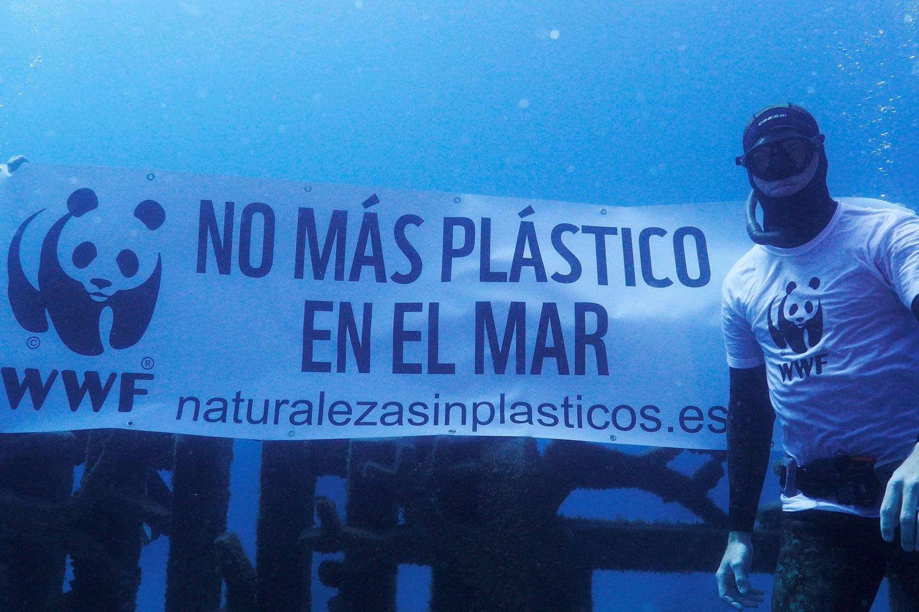 Esculturas humanas del museo sumergido de Lanzarote han aparecido este sábado atrapadas en plásticos, en una acción realizada con motivo del Día de los Océanos. Foto:AFP/Fotografía facilitada por WWF.