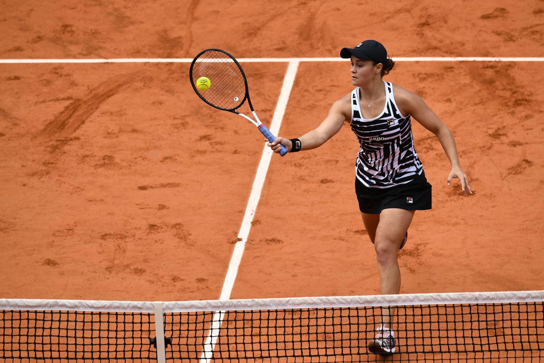 La australiana Ashleigh Barty devuelve el balón a Marketa Vondrousova de la República Checa durante su último partido de individuales femenino el día catorce del torneo de tenis Roland Garros 2019. Foto:AFP