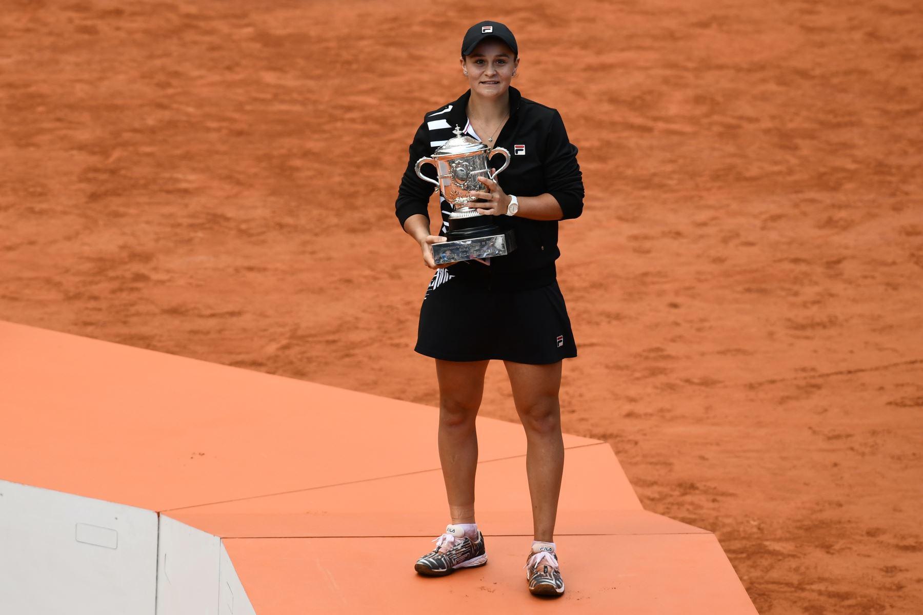 La australiana Ashleigh Barty posa con el trofeo Suzanne Lenglen después de ganar contra Marketa Vondrousova de la República Checa al final del partido final de individuales femenino del torneo de tenis abierto francés Roland Garros. Foto: AFP