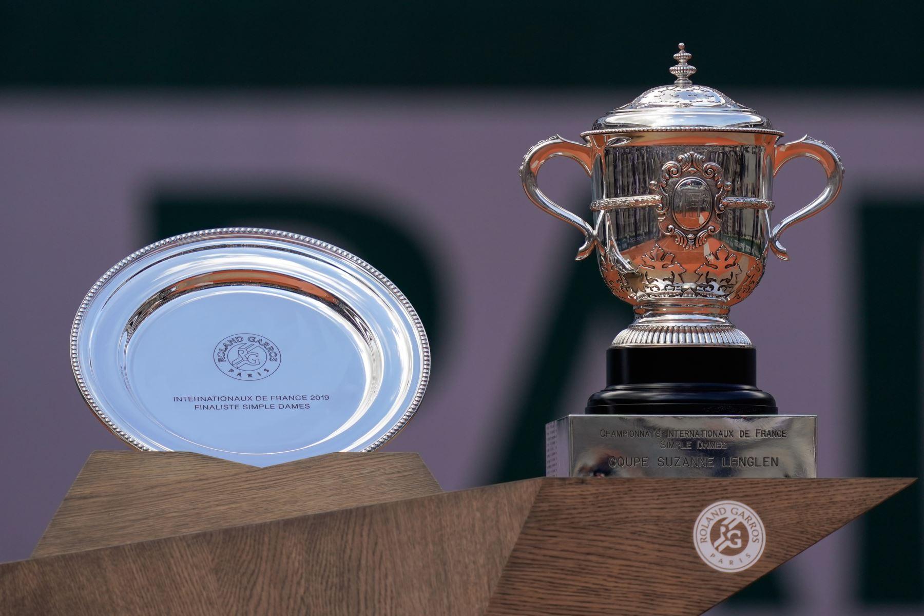 El segundo clasificado para Marketa Vondrousova (L) de la República Checa y el trofeo Suzanne Lenglen para la ganadora Ashleigh Barty (R) de Australia se exhiben durante la ceremonia del podio al final del partido final de individuales femenino  del Abierto de Francia 2019 de Roland Garros.  Foto:AFP