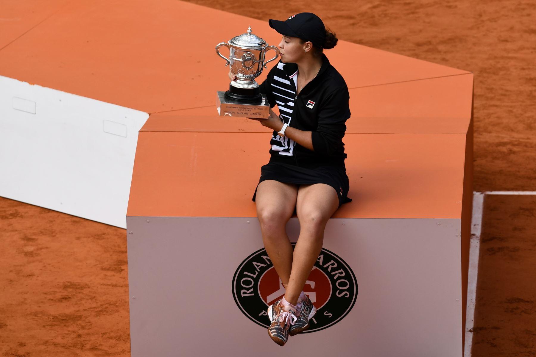 Ashleigh Barty, de Australia, besa el trofeo Suzanne Lenglen después de ganar contra Marketa Vondrousova de República Checa al final del partido final de individuales femenino del torneo de tenis abierto francés Roland Garros. Foto:AFP