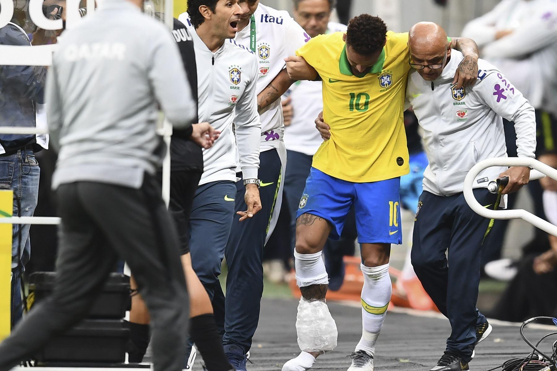Neymar sale lesionado en partido amistoso. Foto: AFP.
