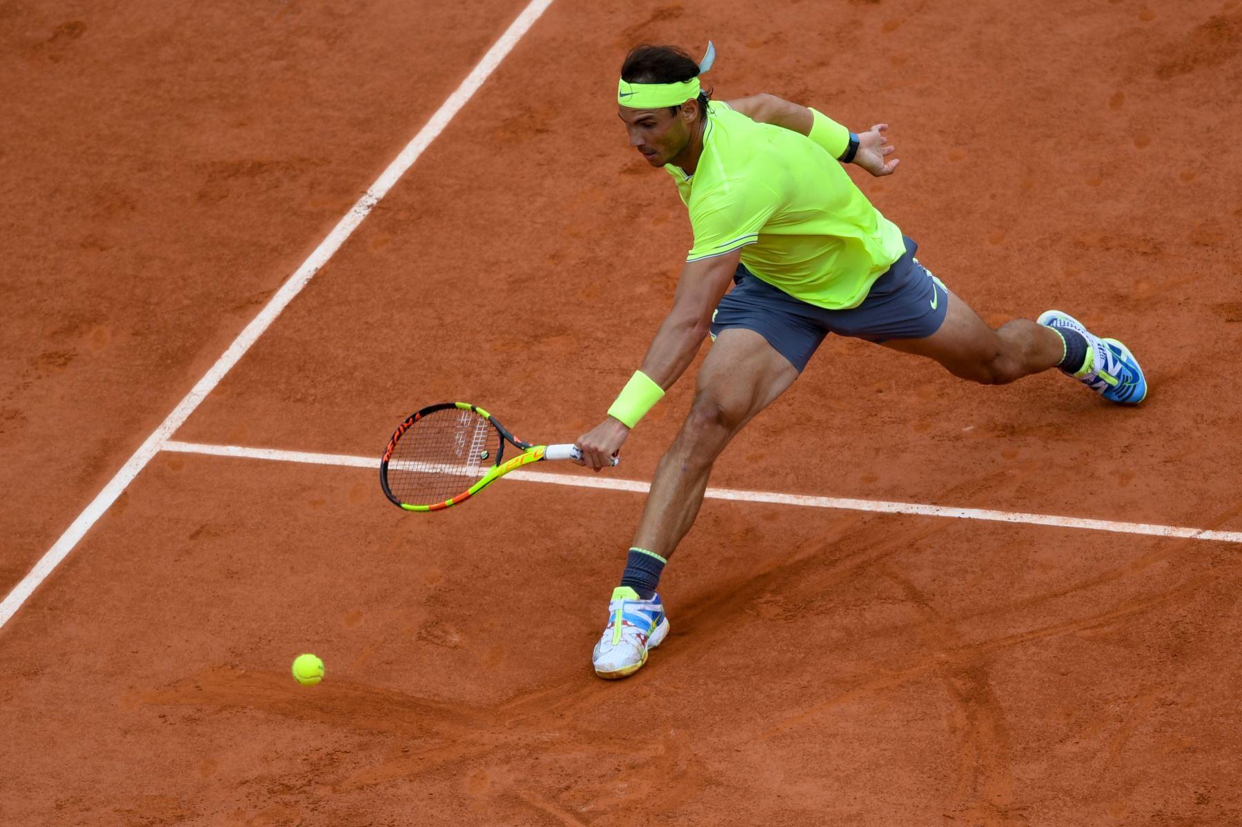 El español Rafael Nadal devuelve el balón a Austria Dominic Thiem durante el último partido de individuales masculino de tenis Roland Garros 2019. Foto:AFP