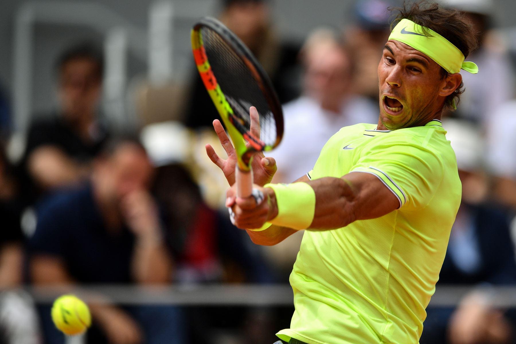 El español Rafael Nadal devuelve el balón a Austria Dominic Thiem durante el último partido de individuales masculino  de tenis Roland Garros 2019. Foto :AFP