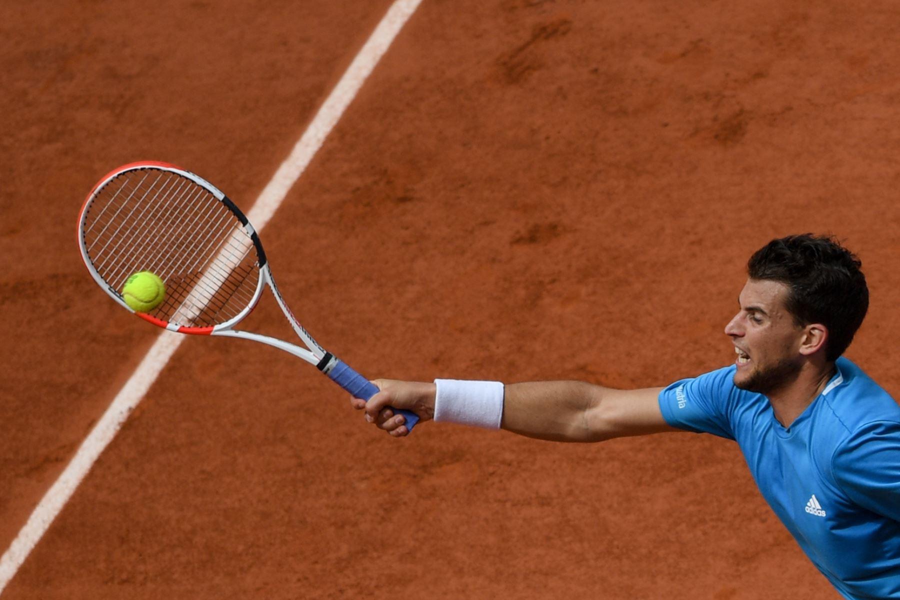 Dominic Thiem, de Austria, le devuelve el balón a Rafael Nadal de España durante el partido final de individuales masculino del torneo de tenis Roland Garros 2019. Foto:AFP