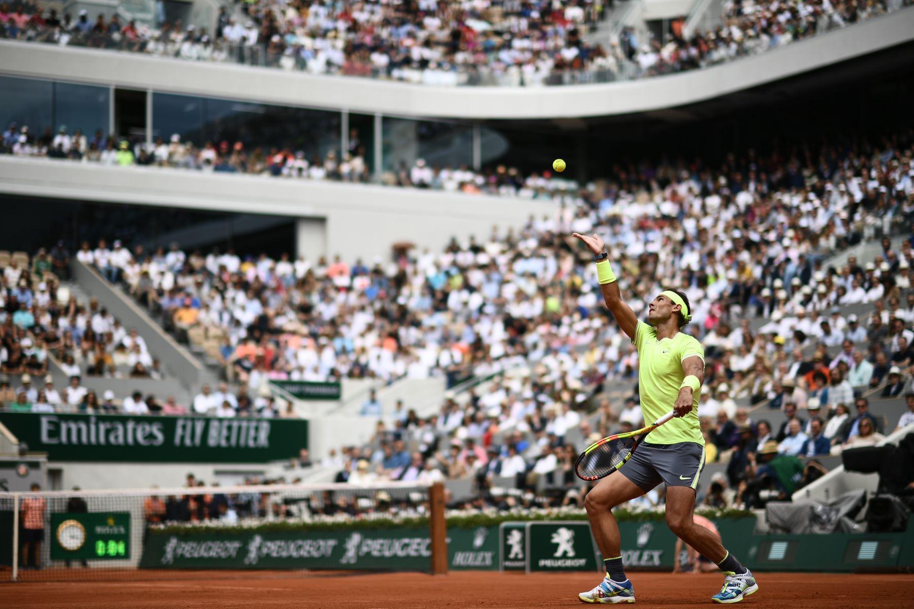 El español Rafael Nadal le sirve el balón al dominicano Thiem de Austria durante el último partido de individuales masculino del torneo de tenis Roland Garros 2019. Foto:AFP