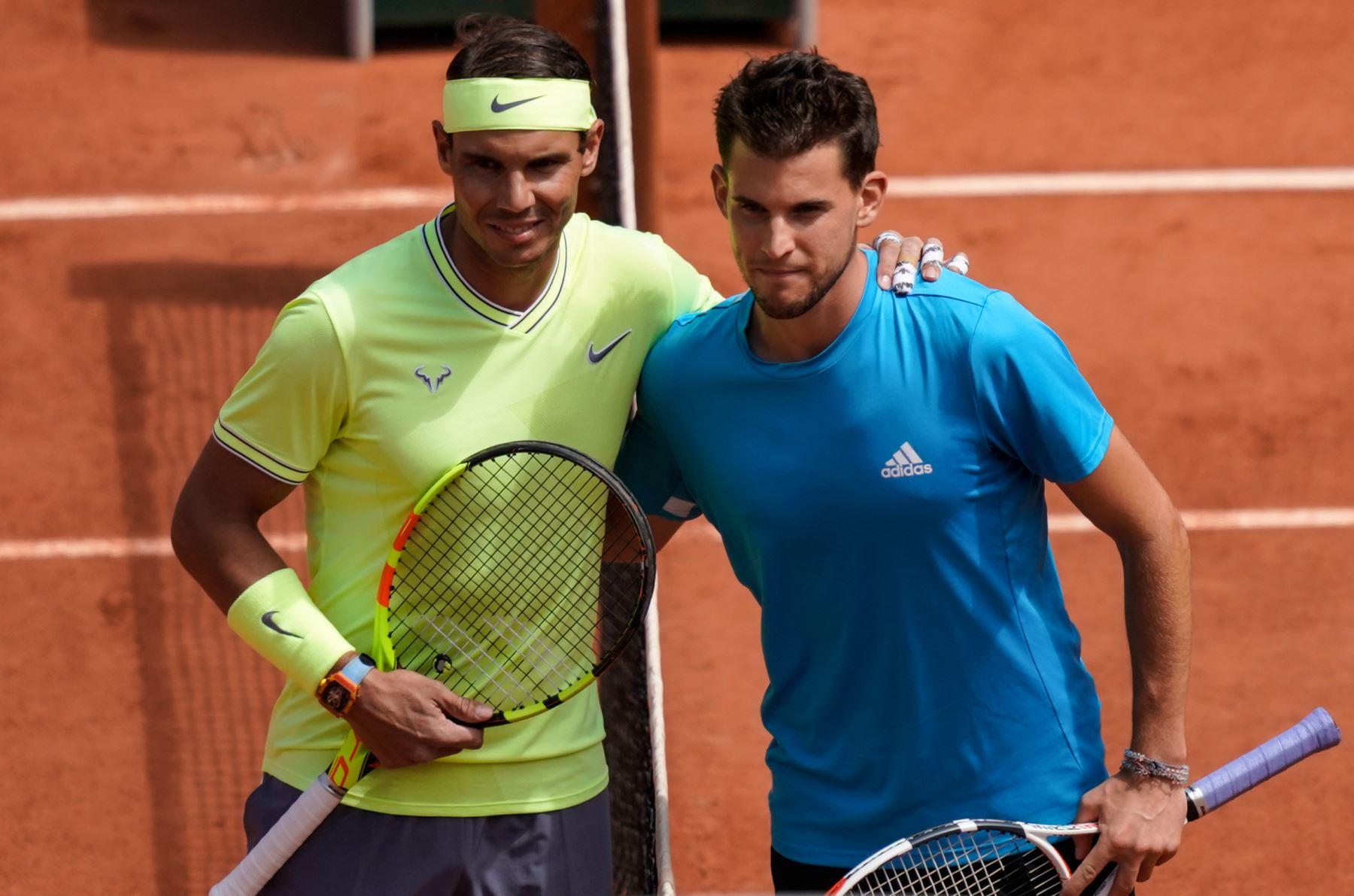 Rafael Nadal (L) de España y Dominic Thiem (R) de Austria posan antes del partido final de individuales masculino del torneo de tenis Roland Garros 2019. Foto:AFP