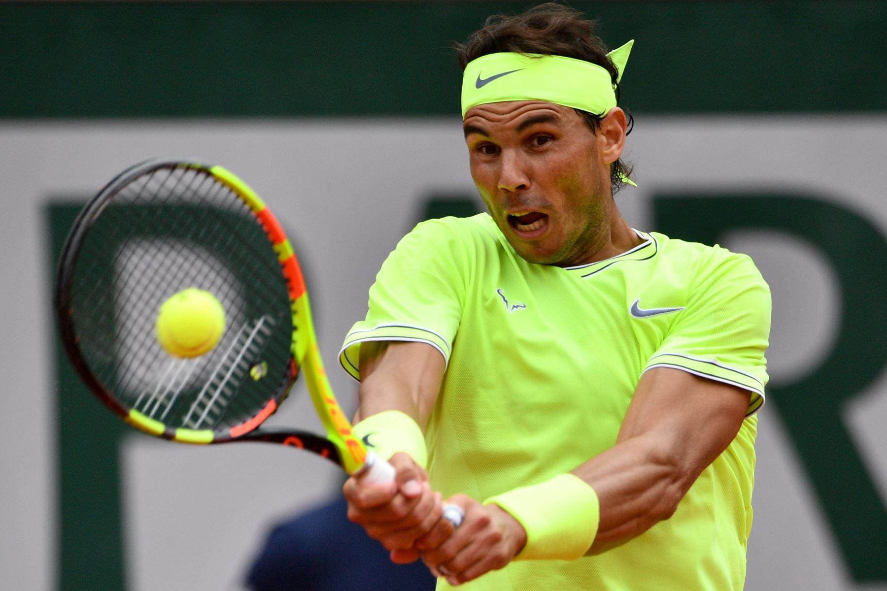 El español Rafael Nadal devuelve el balón a Austria Dominic Thiem durante el último partido de individuales masculino del torneo de tenis Roland Garros 2019. Foto:AFP