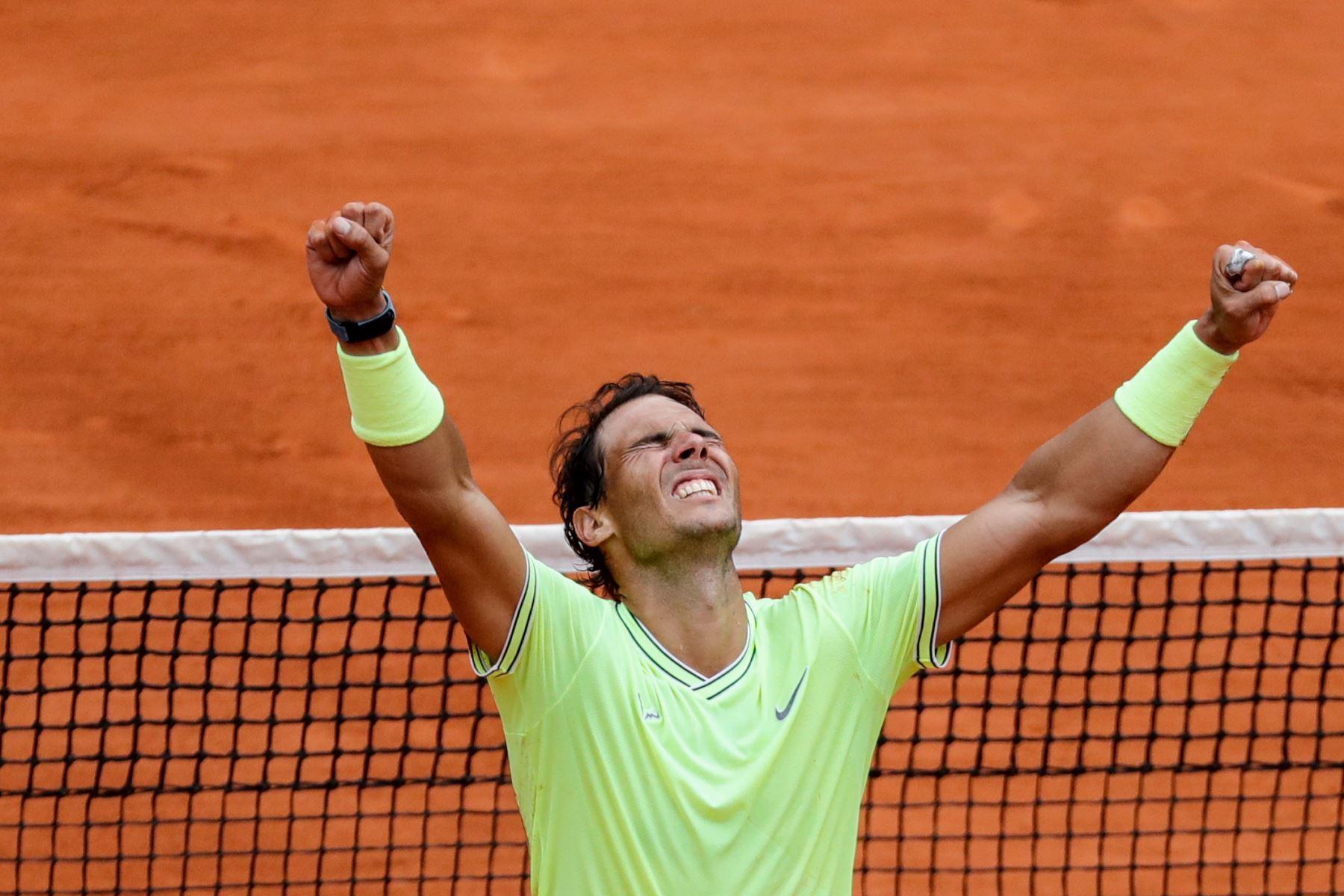 El español Rafael Nadal celebra después de ganar contra el dominic Thiem de Austria durante su último partido individual de hombres del torneo de tenis Roland Garros 2019. Foto:AFP