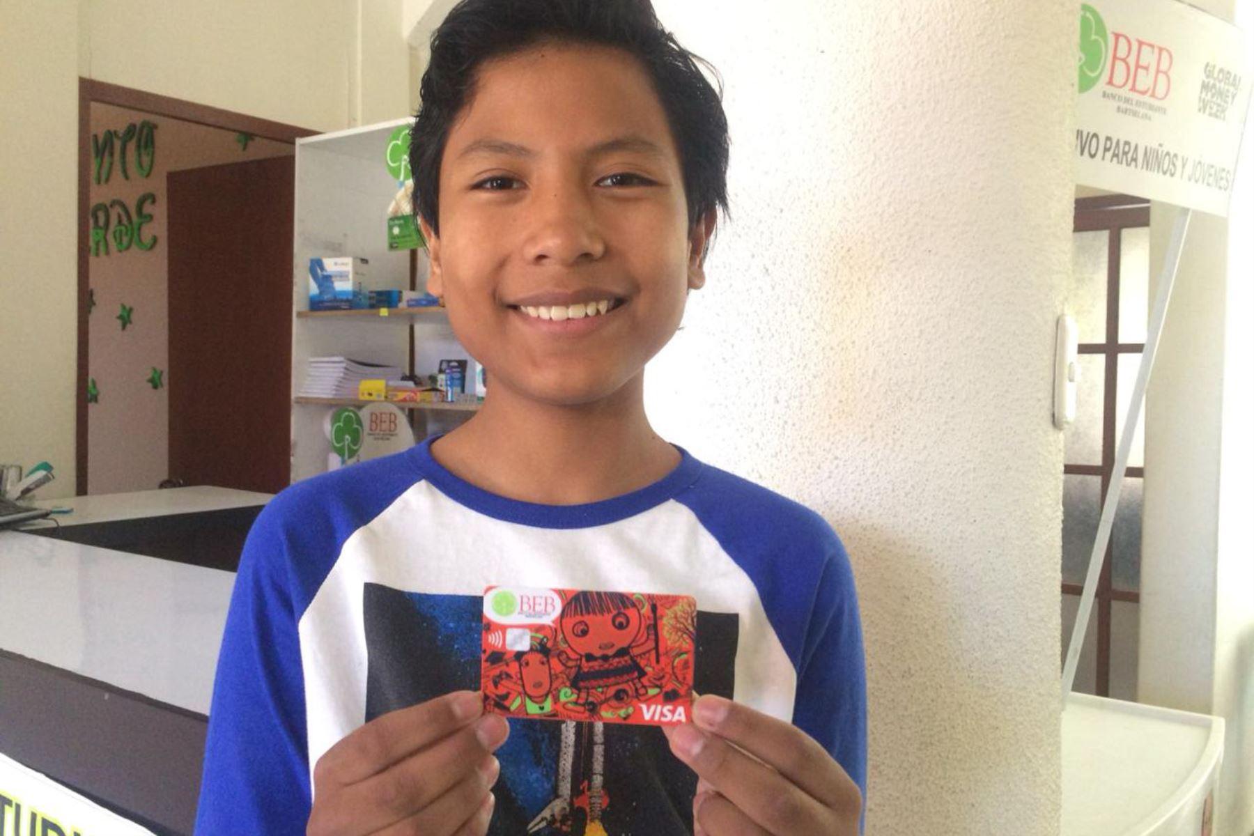 El escolar arequipeño José Quisocala (14) ya tiene el nuevo diseño de la tarjeta que será entregada en tres meses a los más de 3,500 clientes del ecobanco.