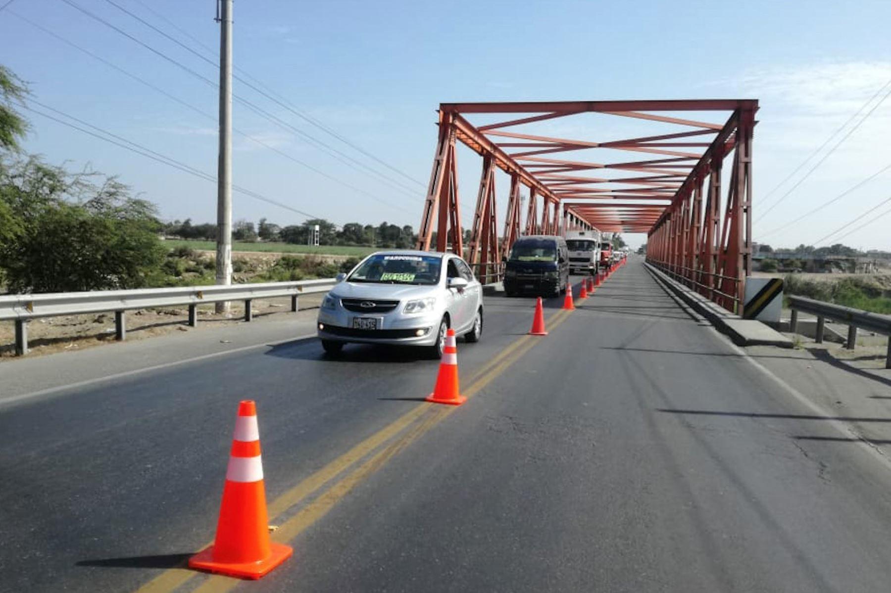 MTC ejecuta trabajos de mantenimiento en el puente Reque de Chiclayo.