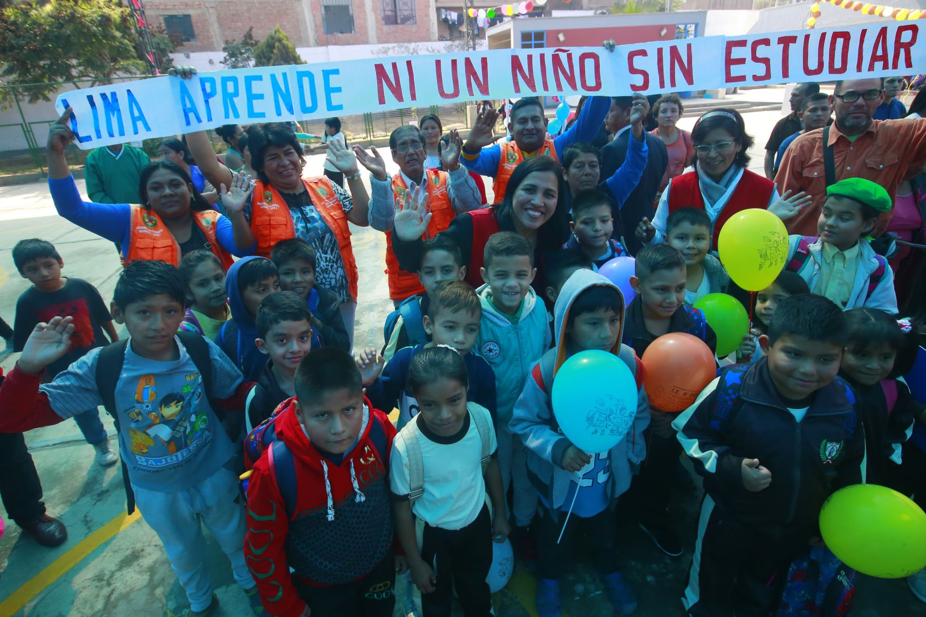 """Ministra de Educación, Flor Pablo Medina da la bienvenida a los niños a niños, que no alcanzaron vacantes este año y gracias a la campaña """" Lima aprende"""" , ahora se integran. Las vacantes también alcanzan para niños y niñas venezolanos. Foto: ANDINA/Héctor Vinces"""