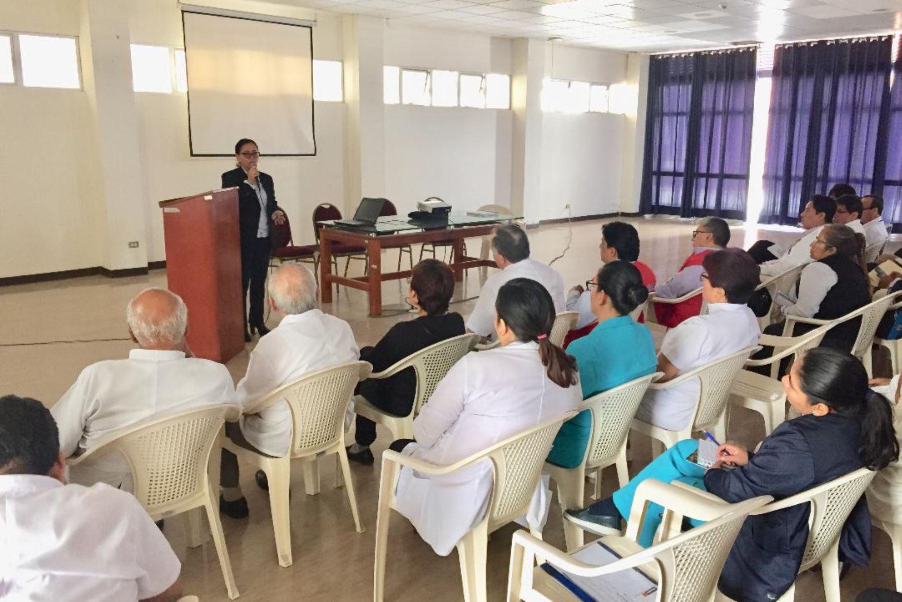 La gerenta de Salud de Lambayeque, María Esther Collantes, sostuvo una reunión con especialistas de la región para coordinar acciones frente al avance del síndrome de Guillain-Barré.