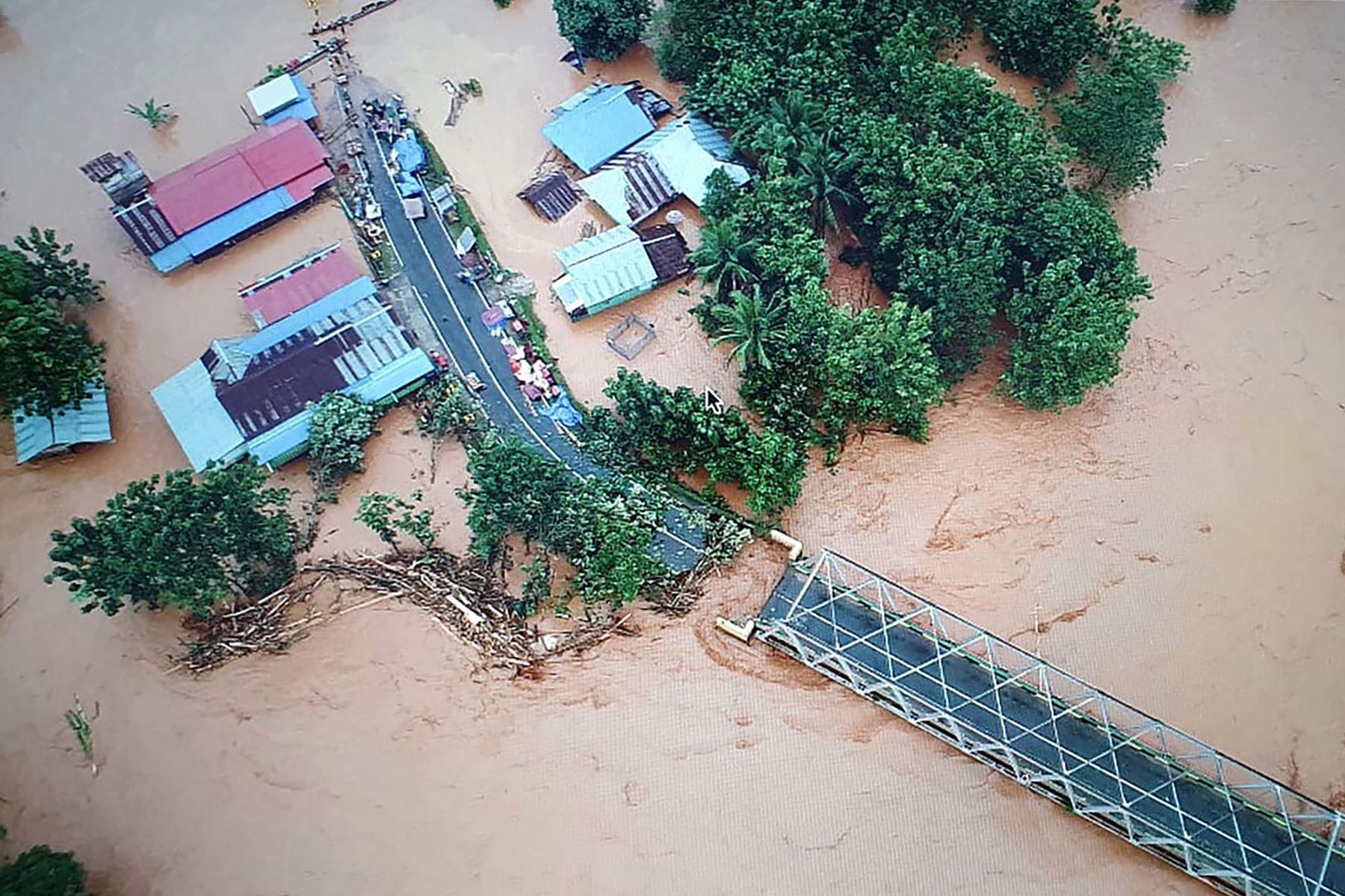 Más de 4,000 personas se vieron obligadas a evacuar debido a las inundaciones en la provincia de Sulawesi en Indonesia. Foto: AFP