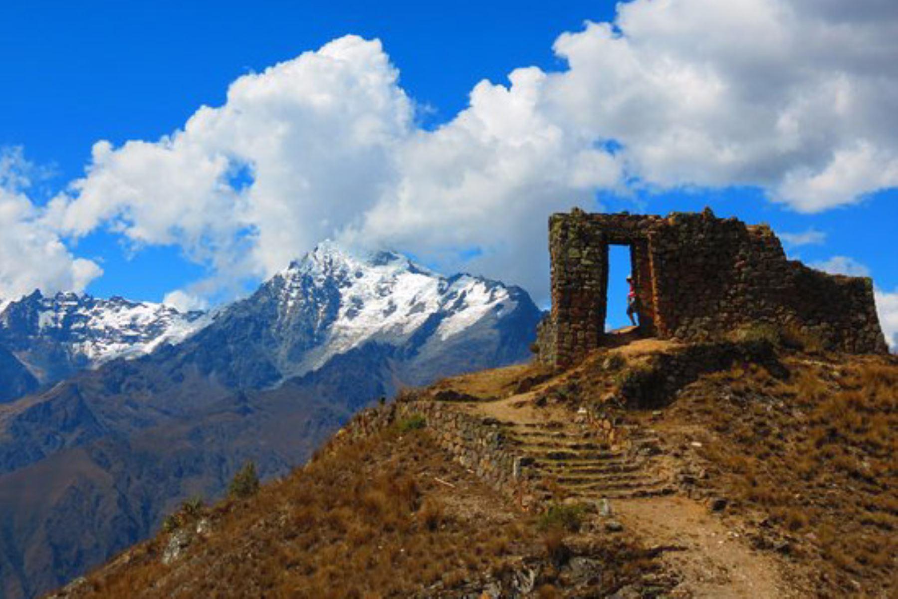 """Inti Punku es el sitio arqueológico inca más próximo a la ciudadela de Machu Picchu, a casi un kilómetro de distancia, y se localiza a 2,720 metros de altitud. Su nombre significa """"Puerta del Sol"""", dado que el astro rey ingresa cada mañana por su puerta de ingreso, y el conjunto arquitectónico está rodeado de andenes. INTERNET/Medios"""