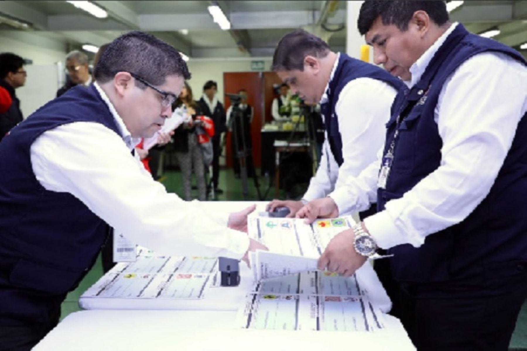 La Oficina Nacional de Procesos Electorales (ONPE) inició hoy martes 11 de junio el proceso de impresión de 48,000 cédulas de sufragio que serán utilizadas en las Elecciones Municipales Complementarias del próximo 7 de julio.