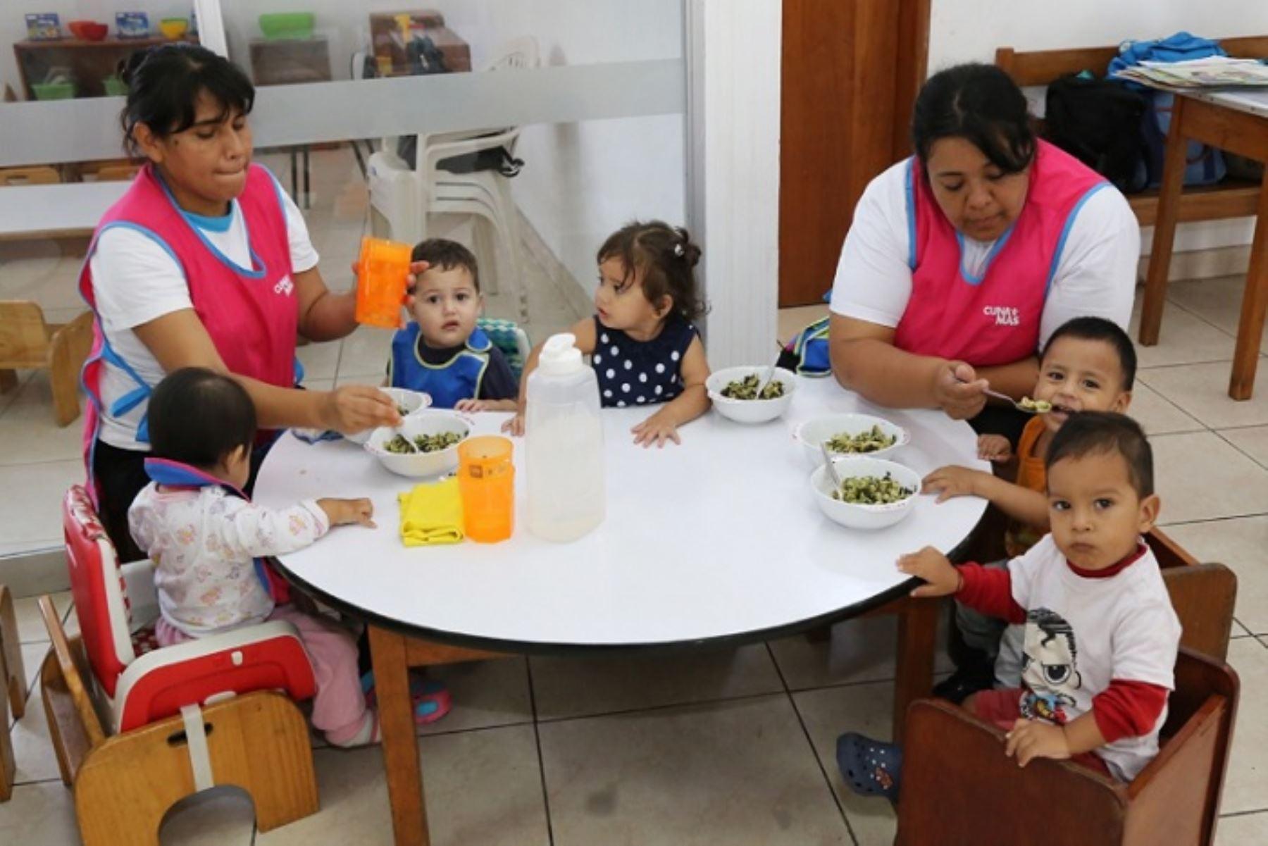 Las raciones alimenticias que brinda el Programa Nacional Cuna Más (PNCM) del Ministerio de Desarrollo e Inclusión Social (Midis), cubren el 100% del requerimiento de nutrientes que necesitan para su crecimiento y desarrollo los menores de tres años atendidos en su Servicio de Cuidado Diurno (SCD) a nivel nacional.