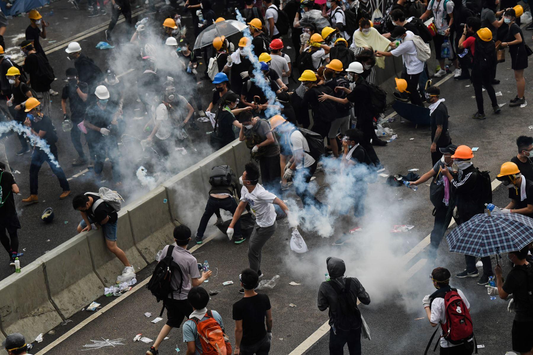 Manifestantes se enfrentan a la policía durante un mitin contra una controvertida propuesta de ley de extradición fuera de la sede del gobierno en Hong Kong. Foto: AFP